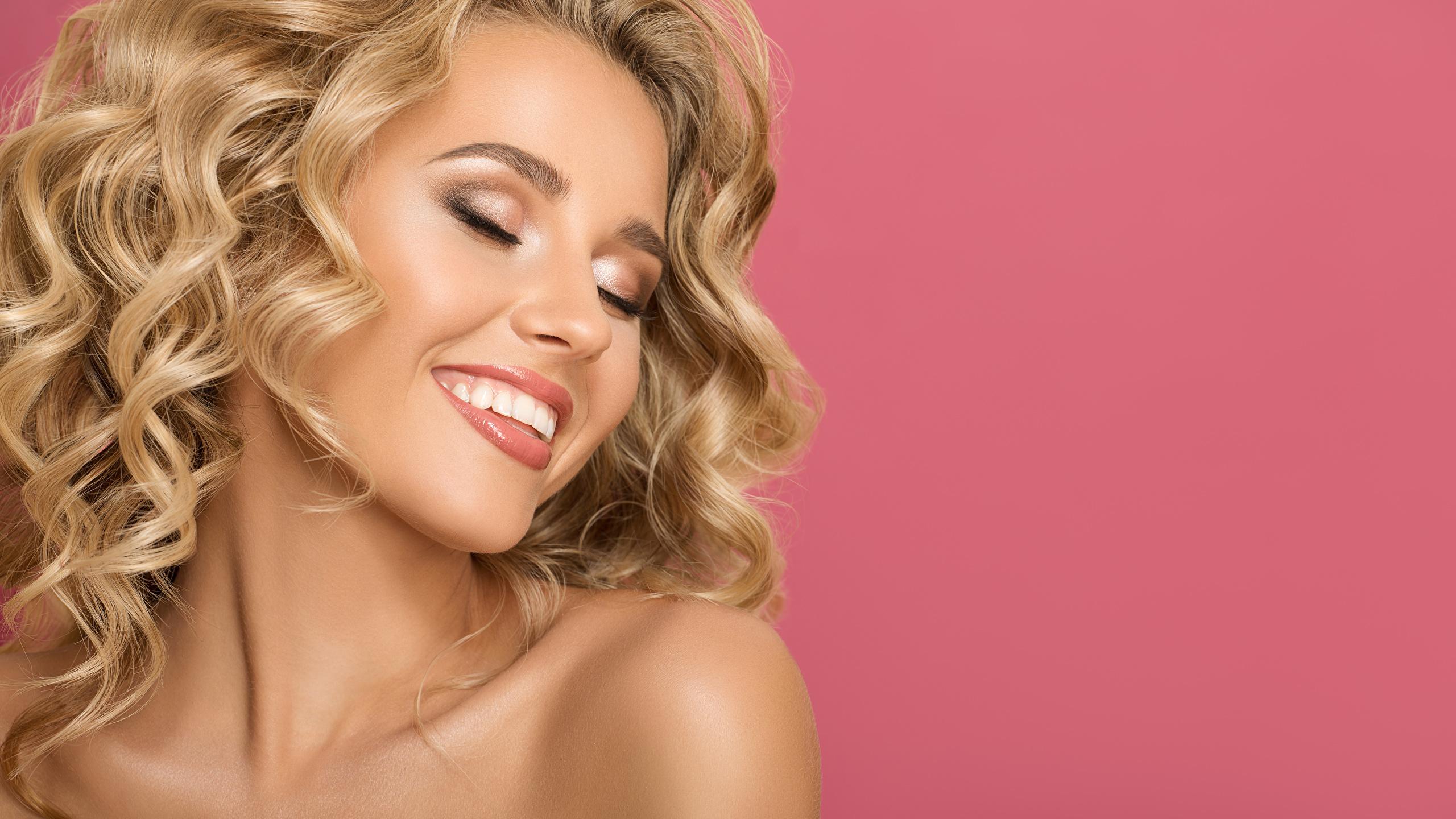Картинки Лицо Розовый фон Улыбка Девушки Блондинка 2560x1440 лица девушка улыбается молодая женщина молодые женщины блондинки блондинок