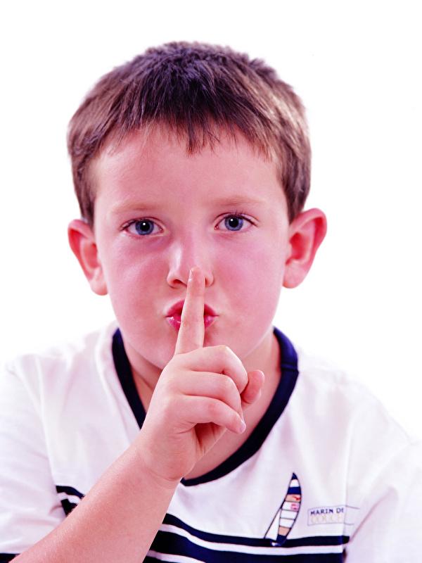 Фотография Мальчики жесты Дети Лицо Пальцы смотрит белым фоном 600x800 для мобильного телефона мальчик мальчишка мальчишки Жест ребёнок лица Взгляд смотрят Белый фон белом фоне