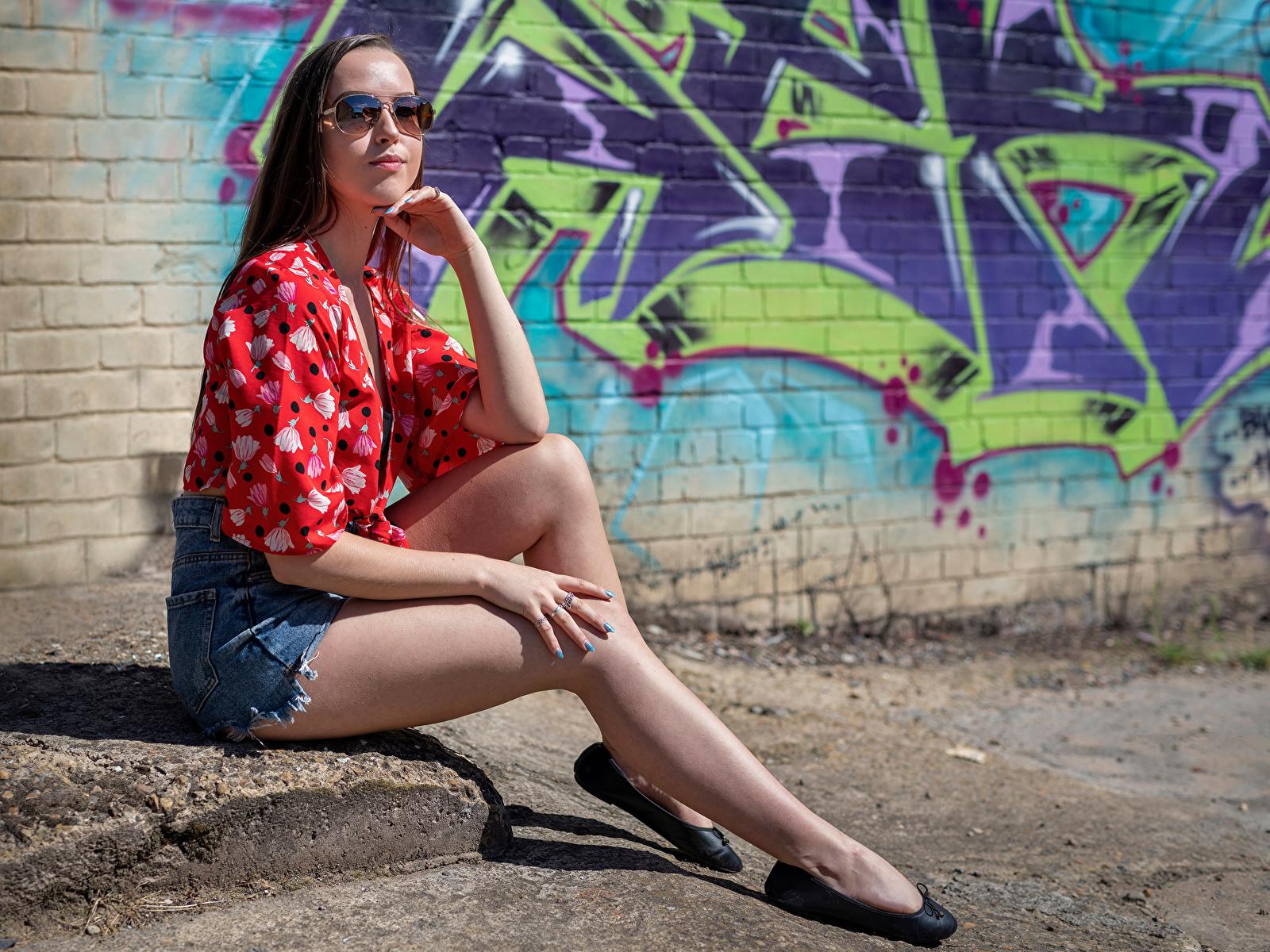 Фотография фотомодель Jade Блузка девушка ног сидя шорт очках смотрит 1600x1200 Модель Девушки молодая женщина молодые женщины Ноги Очки Сидит Шорты очков шортах сидящие Взгляд смотрят