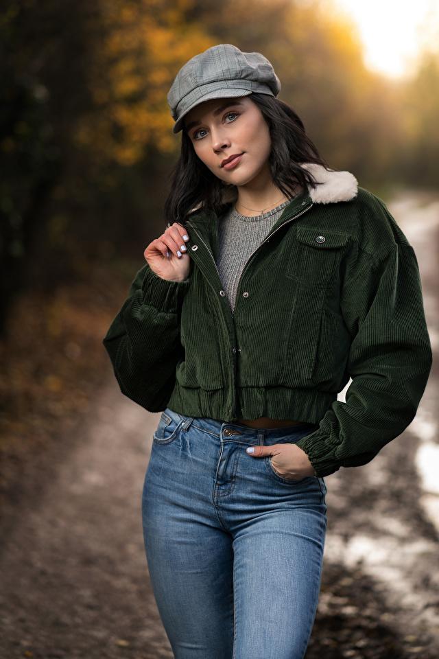 Картинка Брюнетка Emma Victoria позирует Куртка девушка Джинсы кепкой смотрит 640x960 для мобильного телефона брюнетки брюнеток Поза куртке куртки куртках Девушки молодая женщина молодые женщины джинсов кепке Кепка Взгляд смотрят Бейсболка
