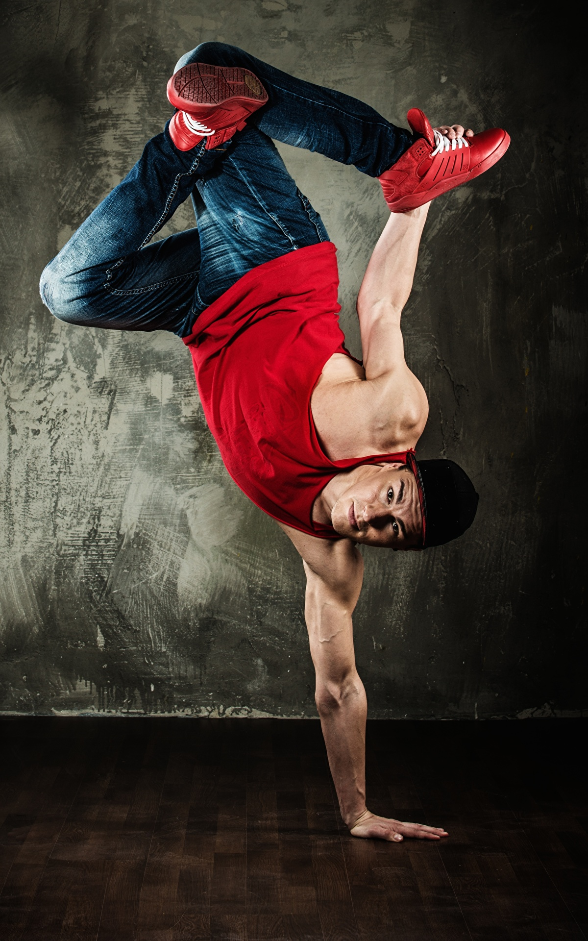 Фото Мужчины Танцует Майка Джинсы Руки 1200x1920 Танцы