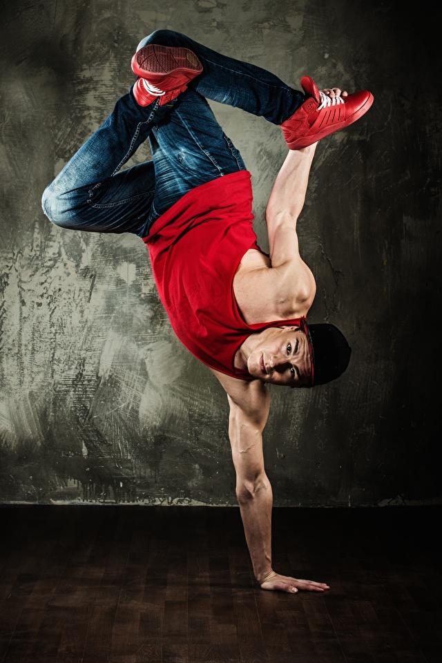 Фото Мужчины Танцует Майка Джинсы Руки 640x960 Танцы