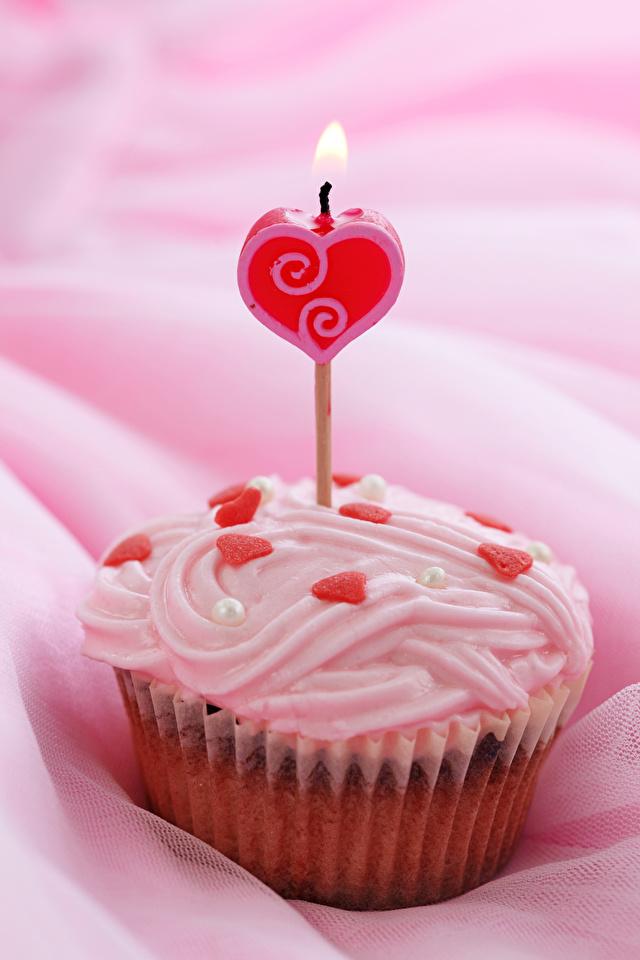 Фотографии День святого Валентина серце Капкейк кекс Еда Свечи Сладости 640x960 для мобильного телефона День всех влюблённых Сердце сердца сердечко Пища Продукты питания сладкая еда