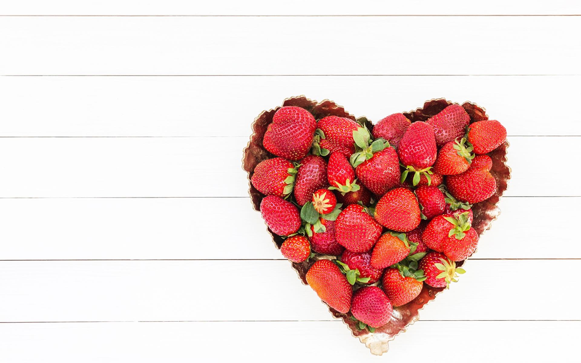 Фотография Сердце Клубника Пища Шаблон поздравительной открытки 1920x1200 серце сердца сердечко Еда Продукты питания