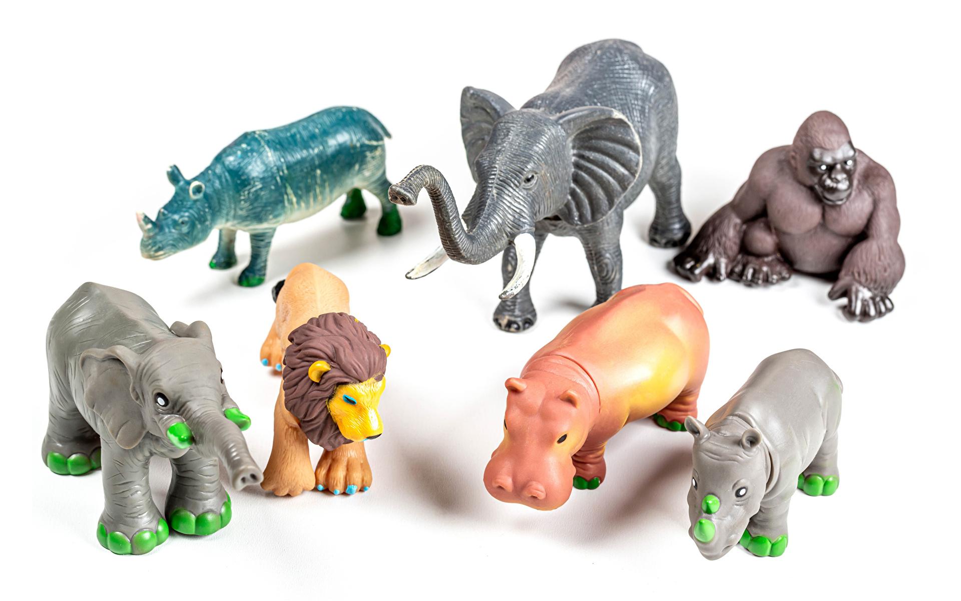Фотографии Львы Слоны Бегемоты обезьяна игрушка животное Белый фон 1920x1200 лев слон Обезьяны Гиппопотамы Игрушки Животные белом фоне белым фоном