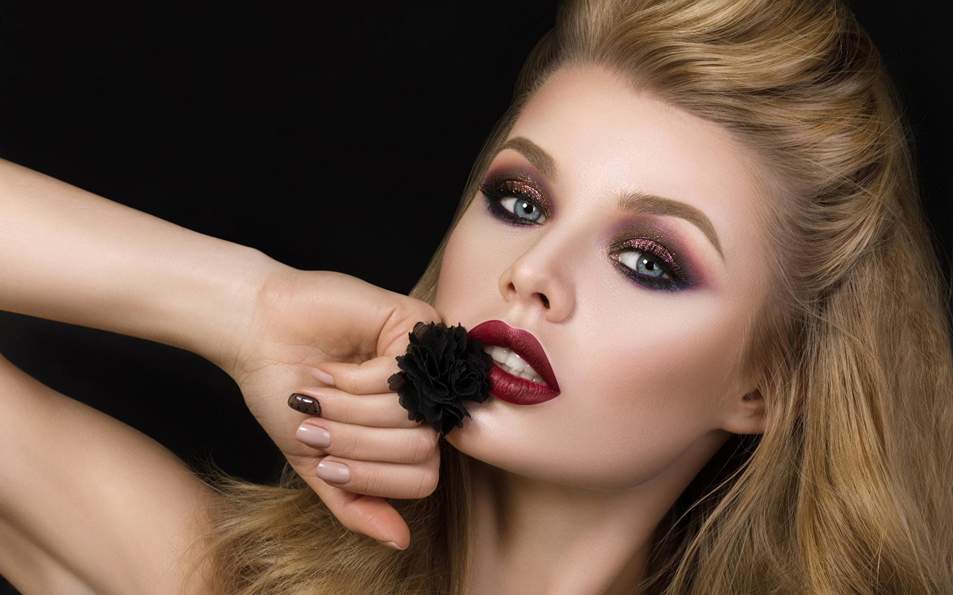 Фотография блондинки мейкап Девушки рука смотрит Черный фон 1920x1200 блондинок Блондинка Макияж Руки Взгляд смотрят