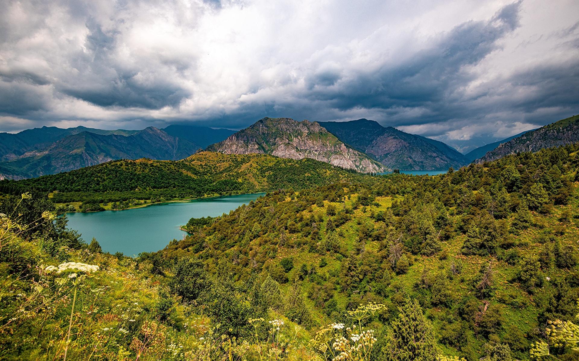 Картинки Sary-Chelek Lake, Kyrgyzstan гора Природа Озеро облачно 1920x1200 Горы Облака облако