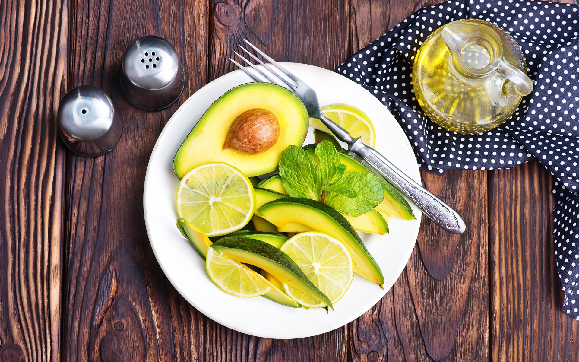 Обои Лимоны Авокадо Еда Салаты Тарелка Вилка столовая Доски 1920x1200 Пища Продукты питания