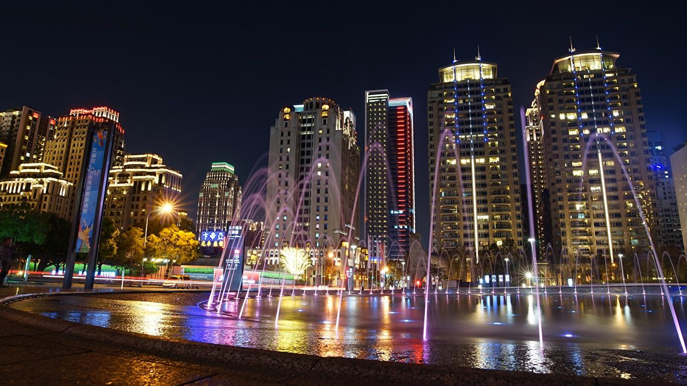 Картинка Тайбэй Китай Фонтаны Ночные Дома город 1366x768 Ночь ночью в ночи Города Здания