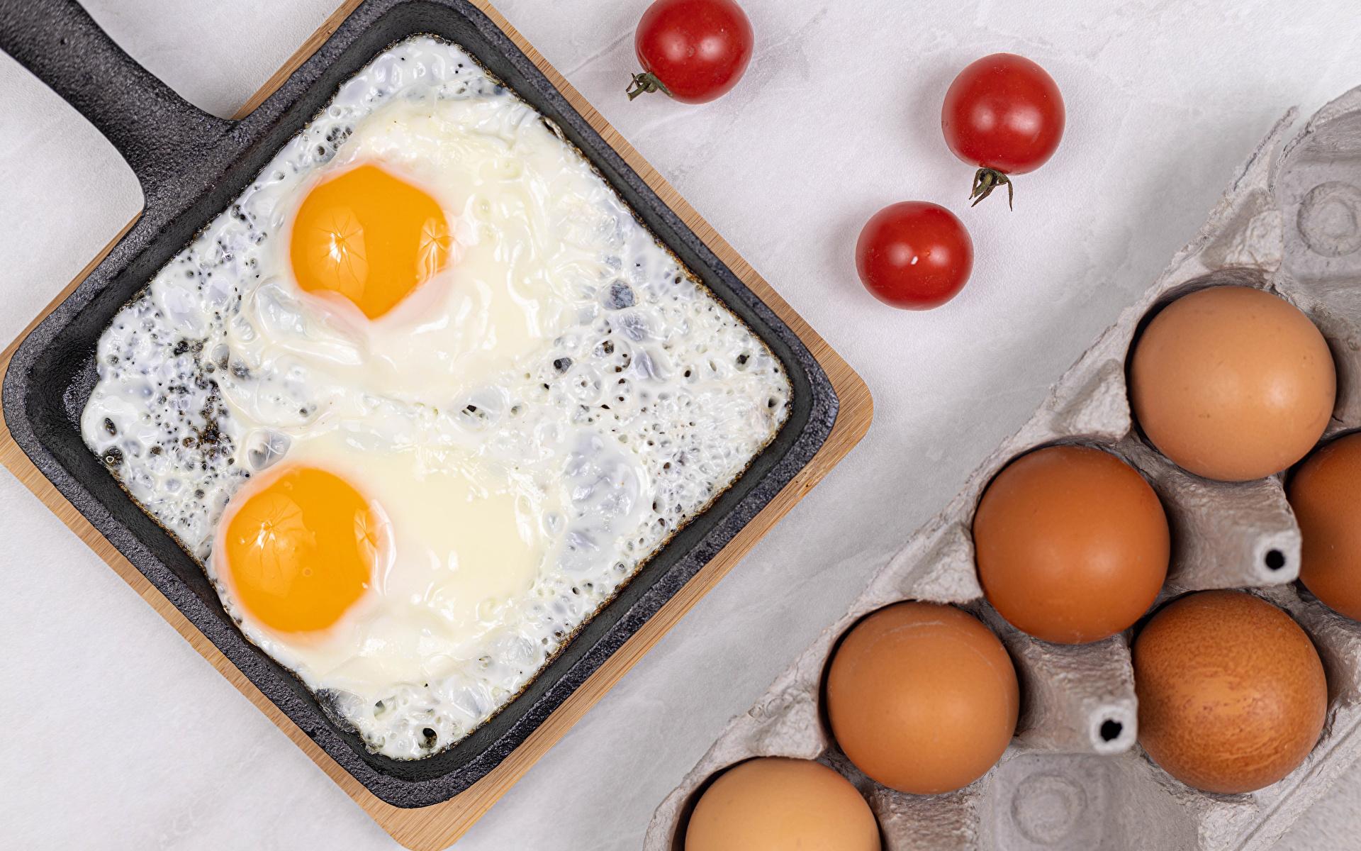 Фотография Яйца Яичница Помидоры сковорода Пища 1920x1200 яиц яйцо яйцами яичницы глазунья Томаты сковороде Сковородка Еда Продукты питания