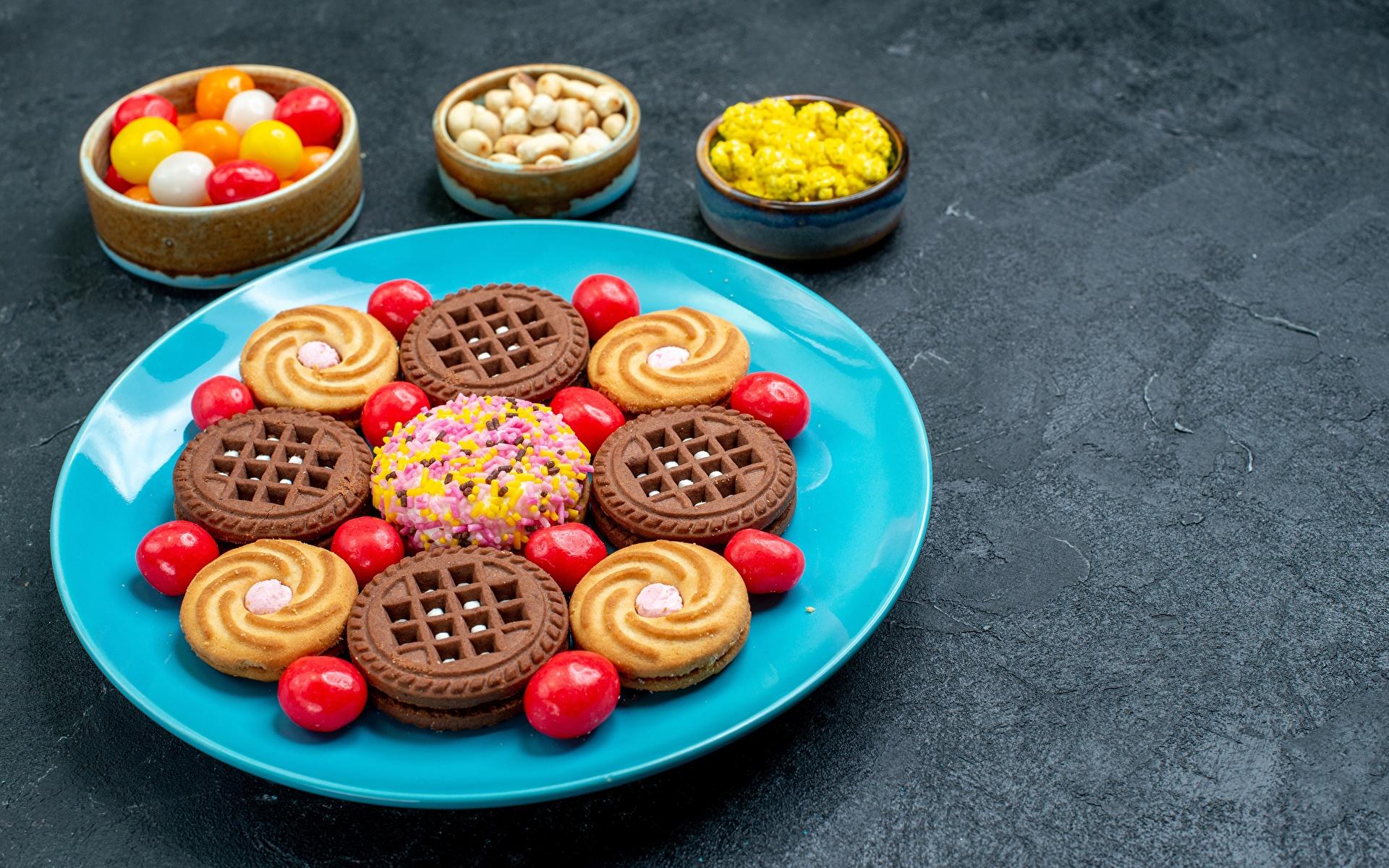 Обои для рабочего стола Конфеты Еда Печенье Тарелка Сладости 1920x1200 Пища тарелке Продукты питания сладкая еда