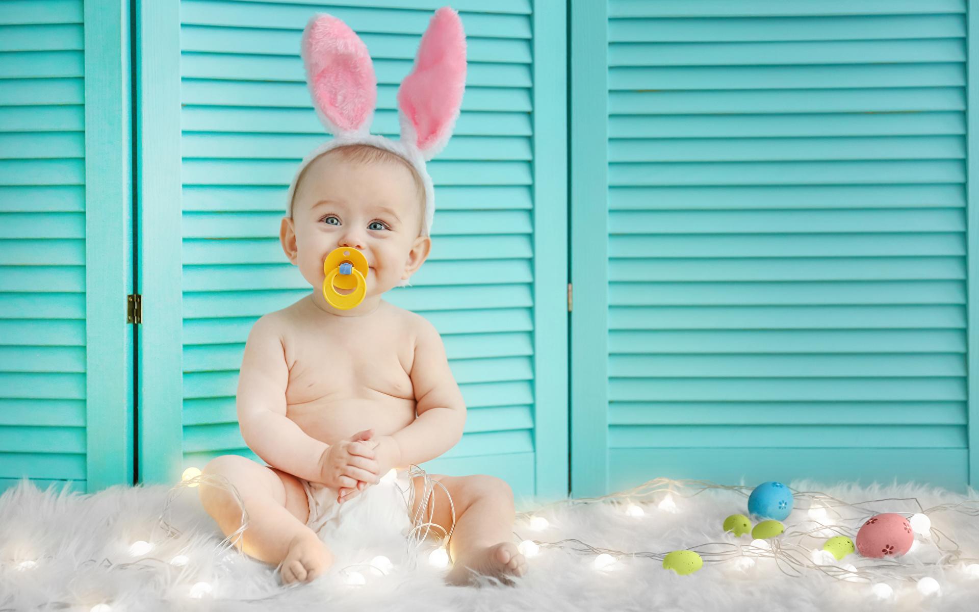 Фотографии Пасха кролик Младенцы счастливый яйцами ребёнок Праздники 1920x1200 Кролики младенец младенца грудной ребёнок счастье Радость радостный радостная счастливые счастливая яиц яйцо Яйца Дети