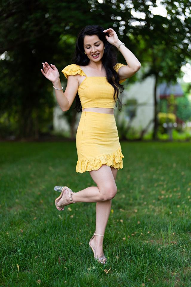 Фото Victoria Bell брюнеток улыбается позирует девушка ног 640x960 для мобильного телефона брюнетки Брюнетка Улыбка Поза Девушки молодая женщина молодые женщины Ноги