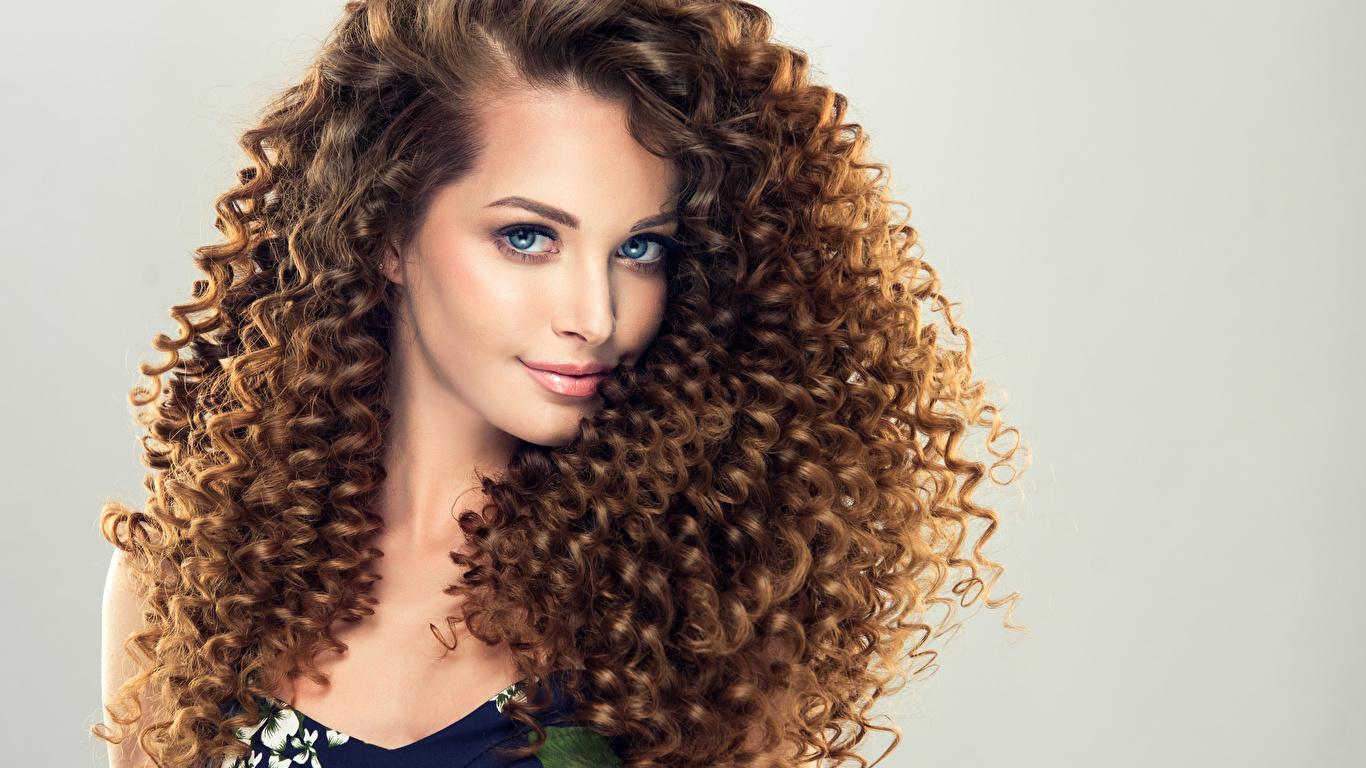 Фотографии Шатенка Красивые Волосы Девушки смотрит Серый фон 1366x768 Взгляд