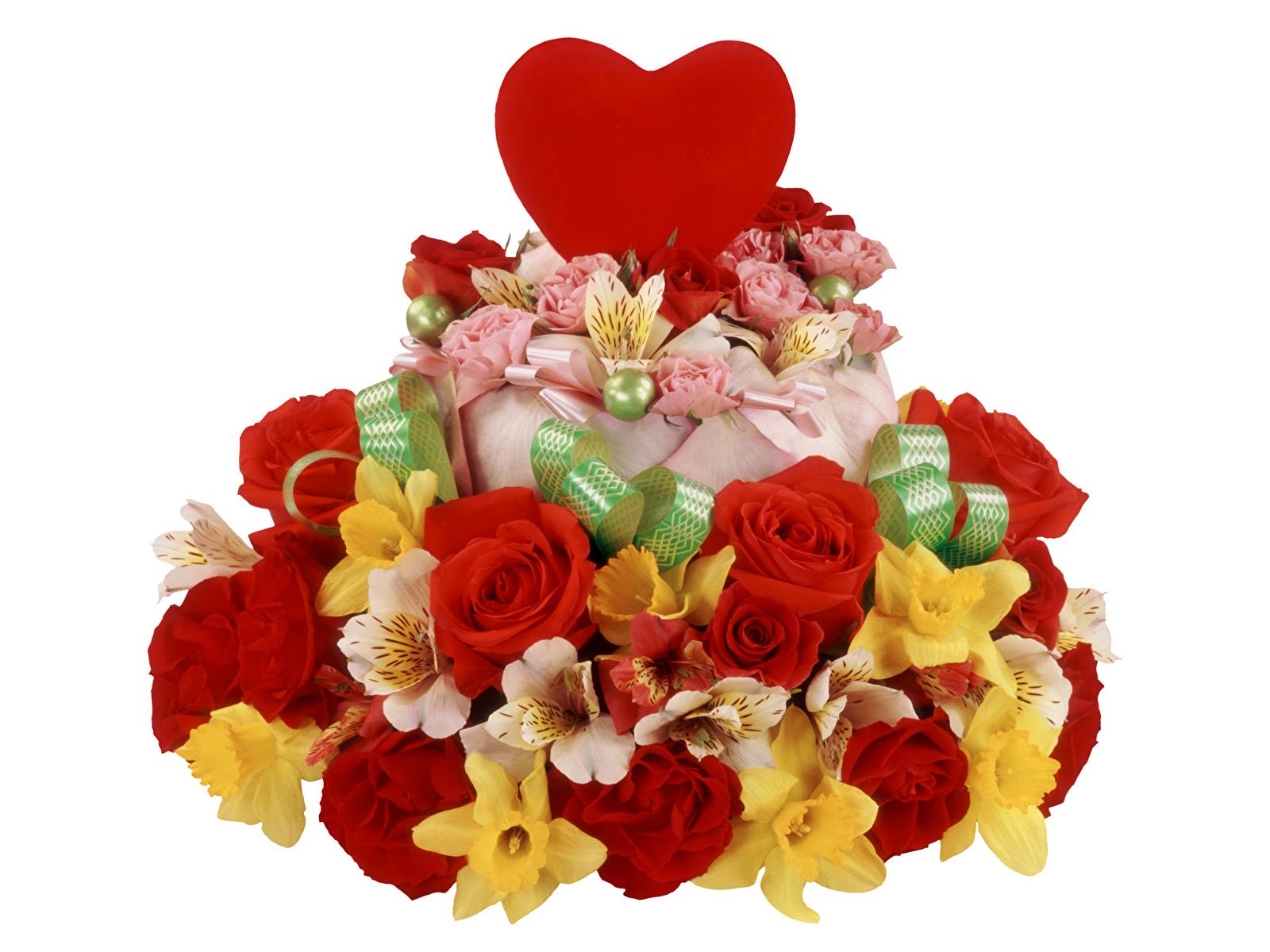 Обои День всех влюблённых Сердце Розы Торты Цветы Нарциссы Альстрёмерия Белый фон 1600x1200 День святого Валентина серце сердца сердечко