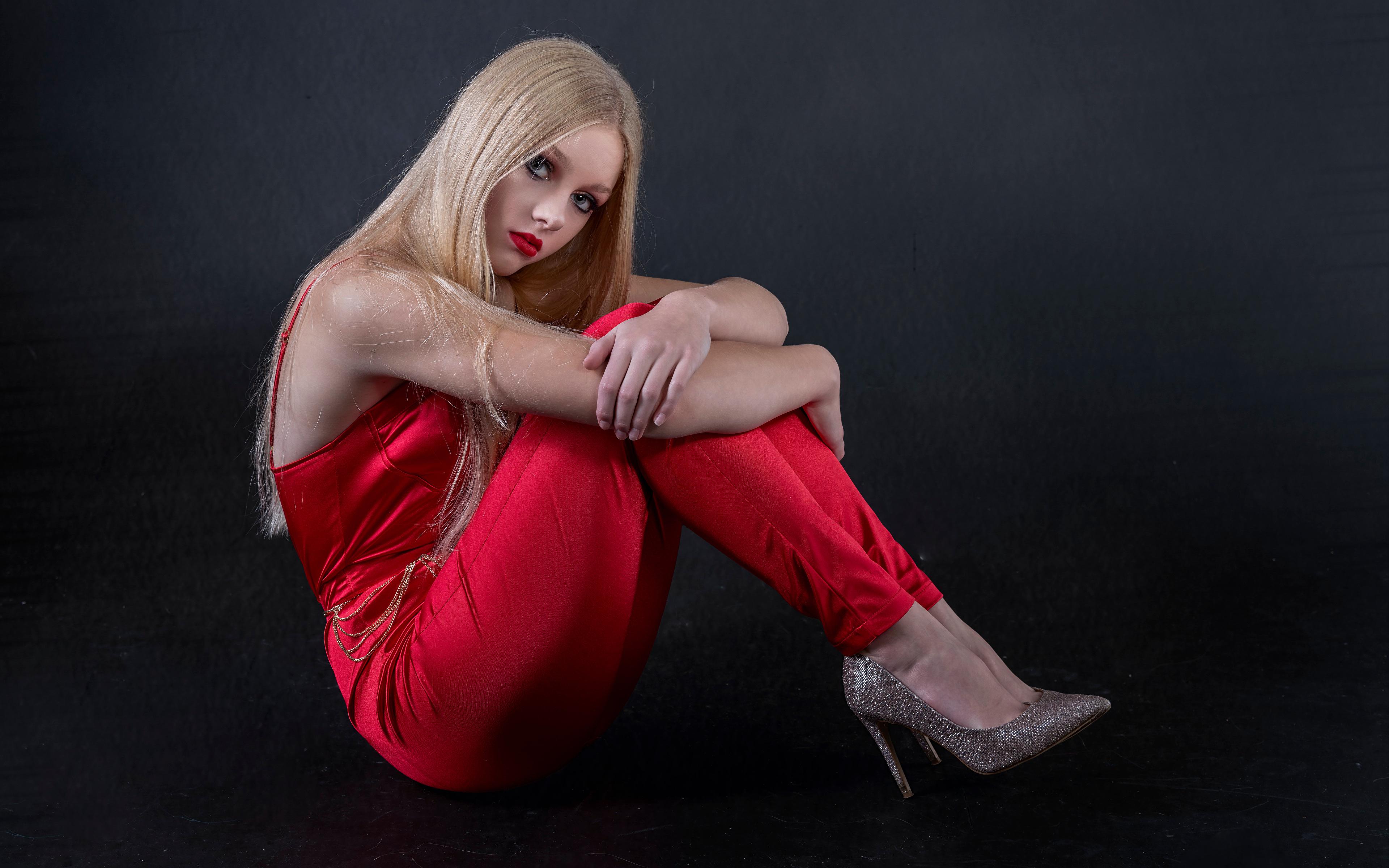 Картинки блондинки Mia позирует молодая женщина сидя смотрят 3840x2400 Блондинка блондинок Поза девушка Девушки молодые женщины Сидит сидящие Взгляд смотрит