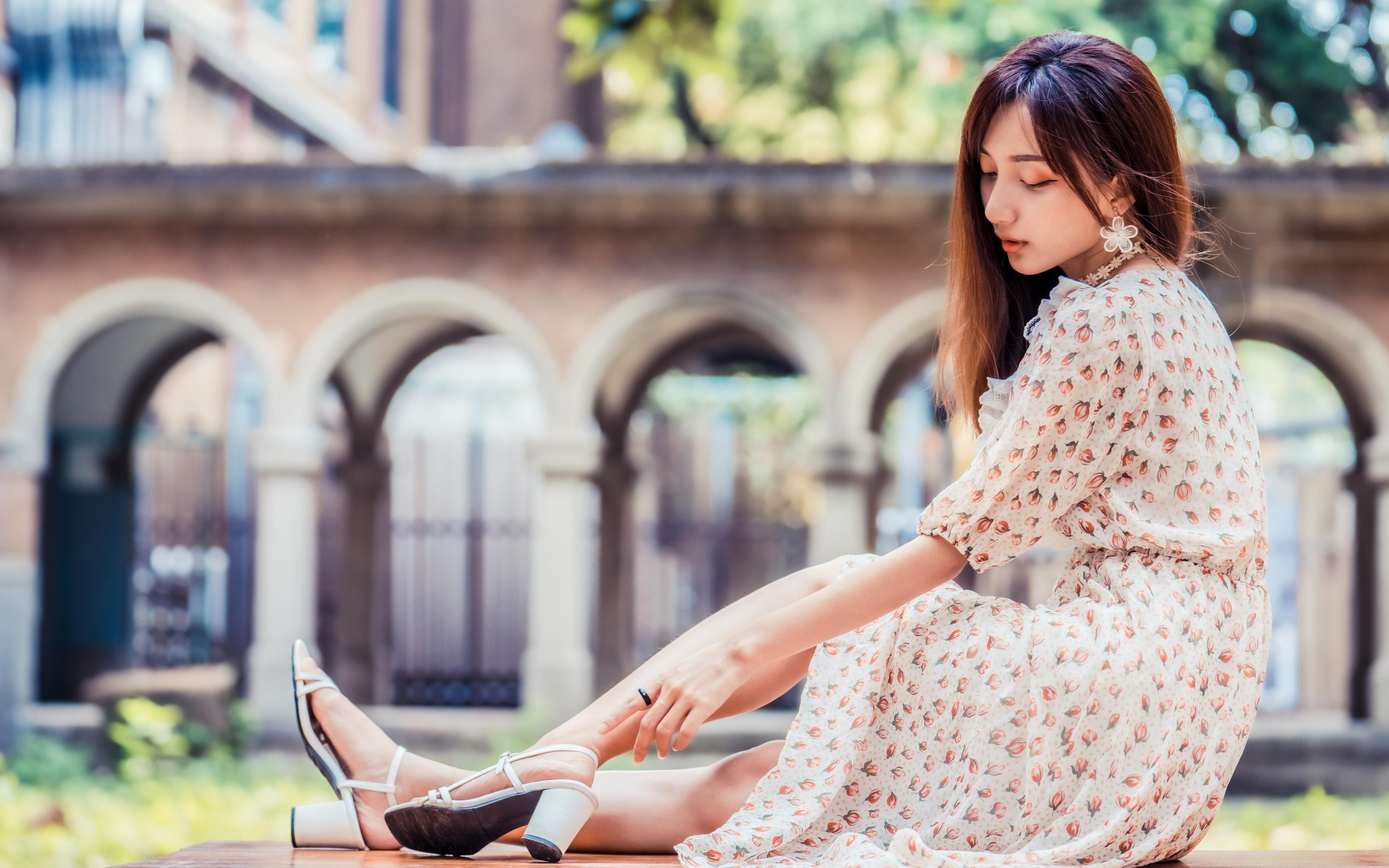 Фото Размытый фон девушка азиатки Сидит Платье 3840x2400 боке Девушки молодая женщина молодые женщины Азиаты азиатка сидя сидящие платья