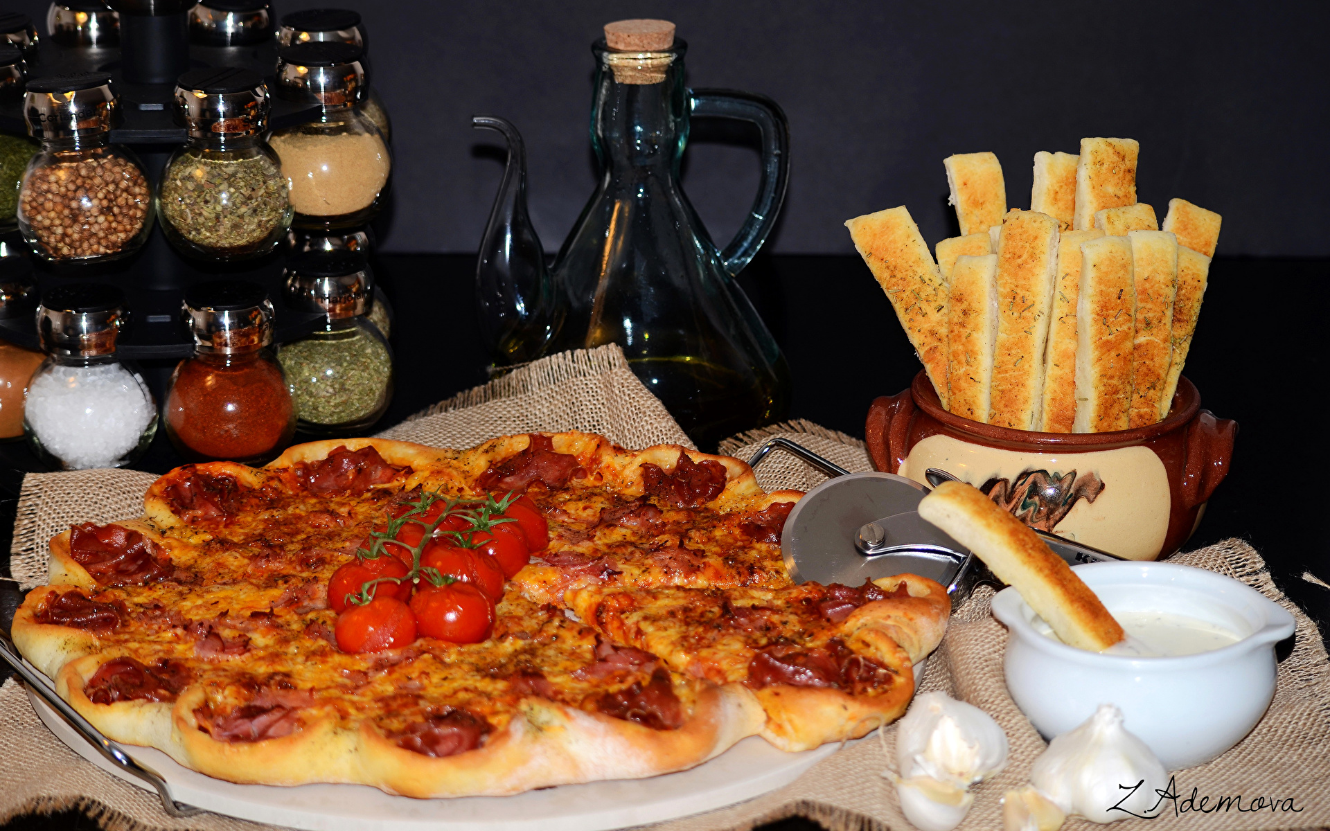 Фотография Пицца Томаты Фастфуд Еда пряности 1920x1200 Помидоры Быстрое питание Пища Специи приправы Продукты питания
