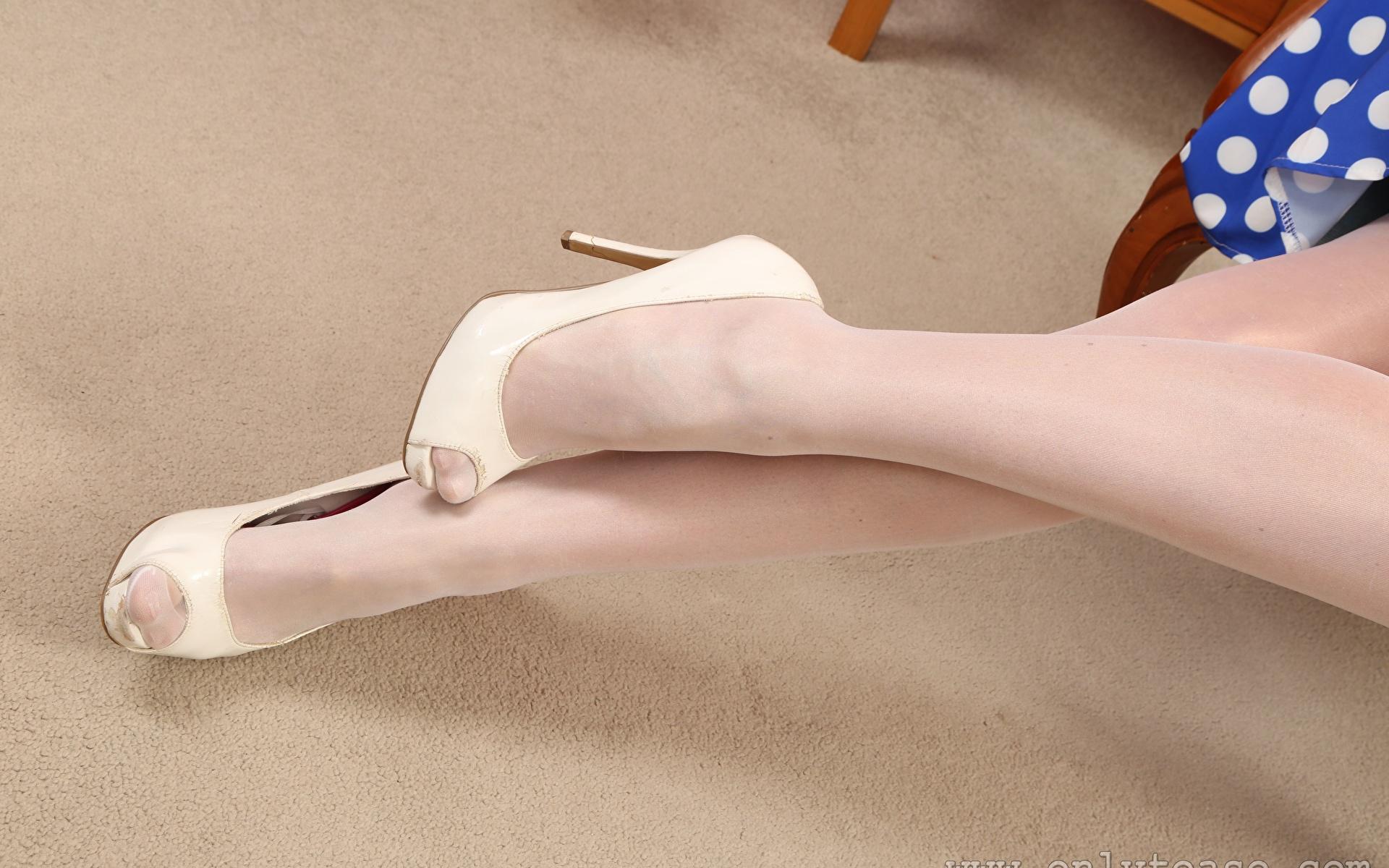 Картинки Колготки девушка ног Крупным планом туфель 1920x1200 колготок колготках Девушки молодая женщина молодые женщины Ноги вблизи Туфли туфлях