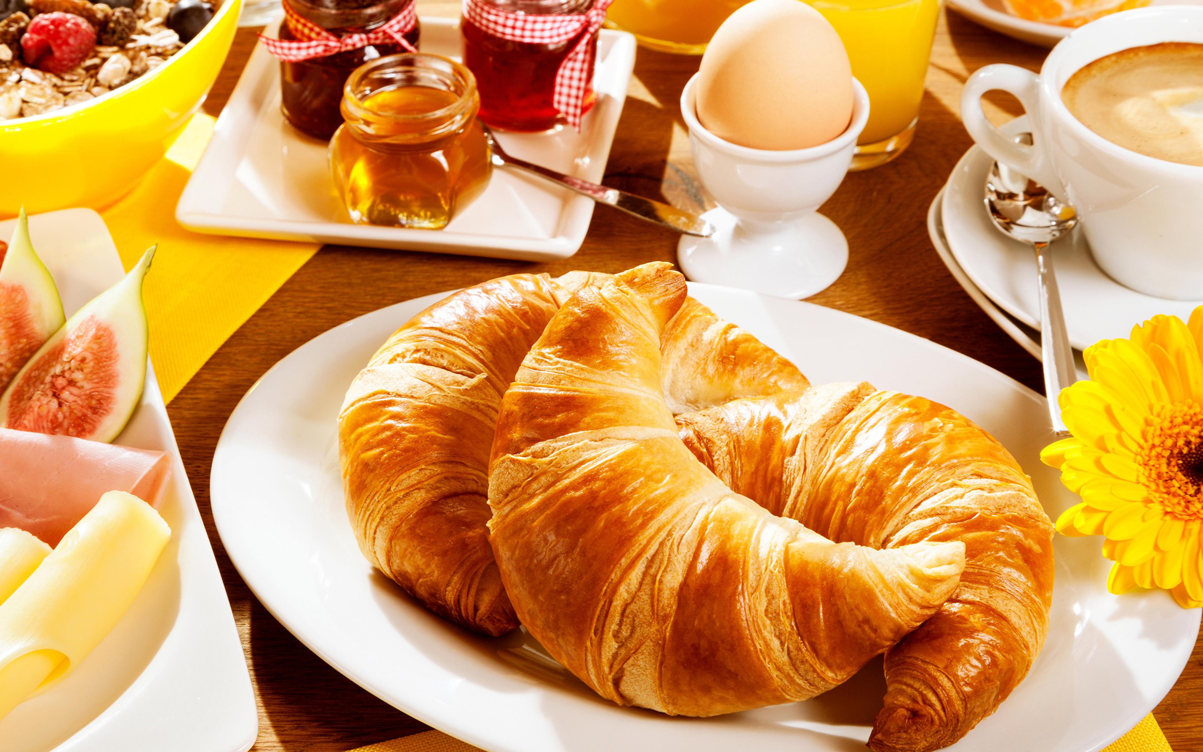 Фотографии Яйца Завтрак Круассан Еда Трое 3 Тарелка 3840x2400 Пища втроем Продукты питания