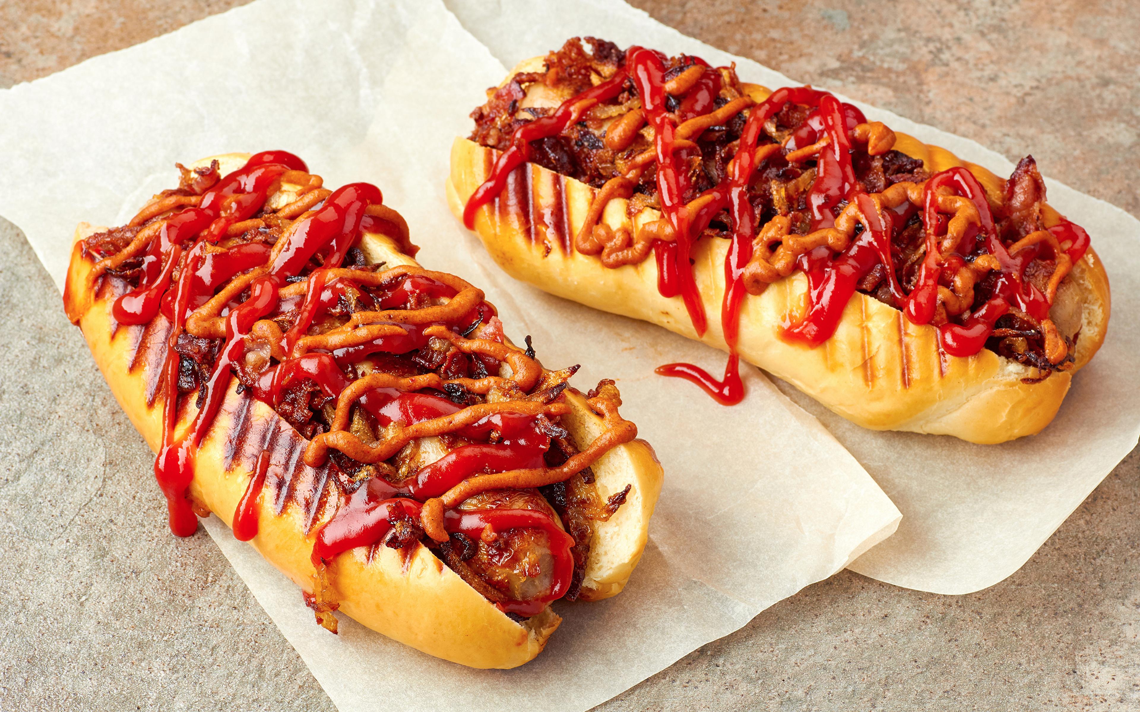 Фото Двое Хот-дог Булочки кетчупом Быстрое питание Еда 3840x2400 2 два две вдвоем Кетчуп кетчупа Фастфуд Пища Продукты питания