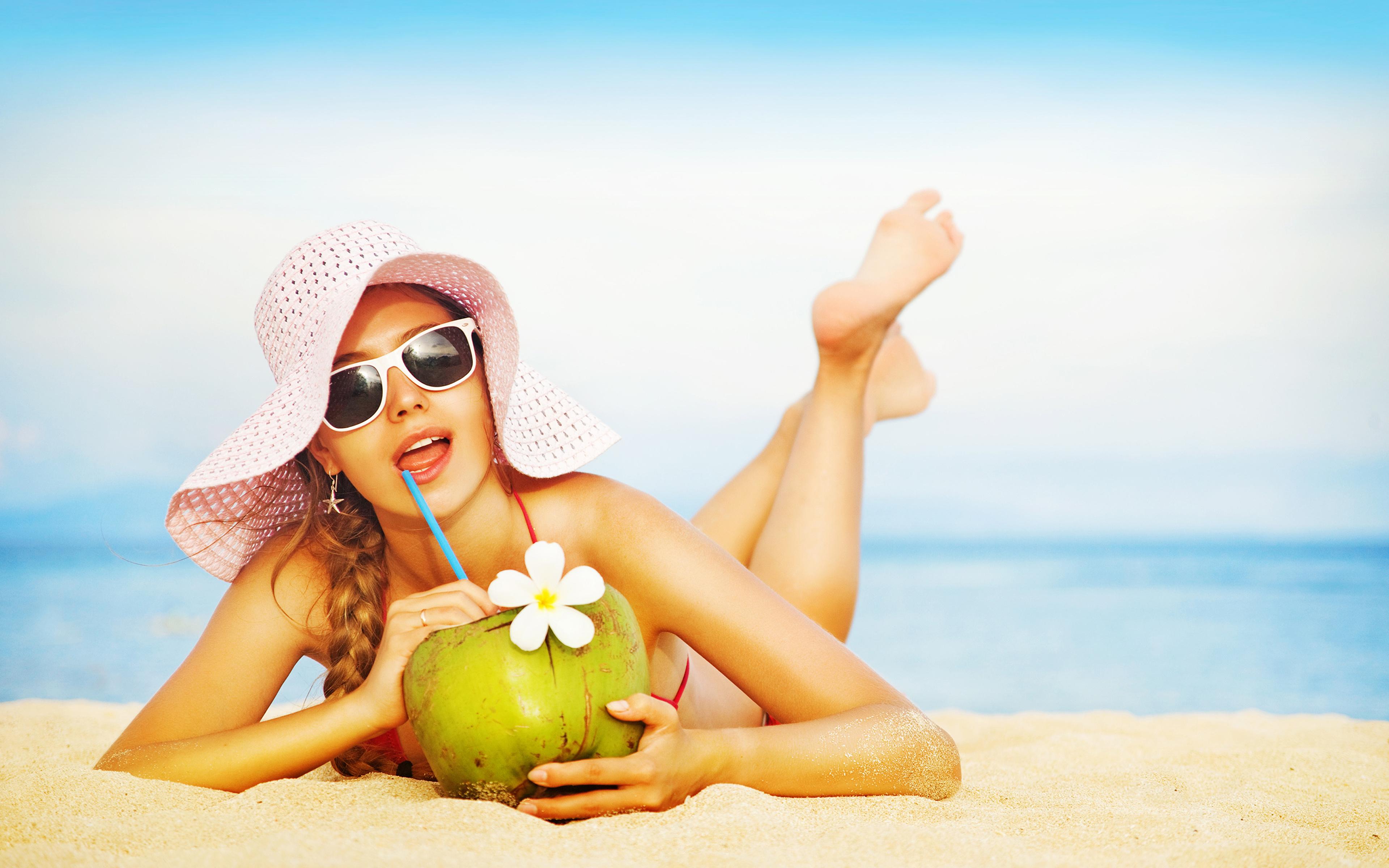 Картинка молодые женщины пляже Сок Шляпа релакс Очки 3840x2400