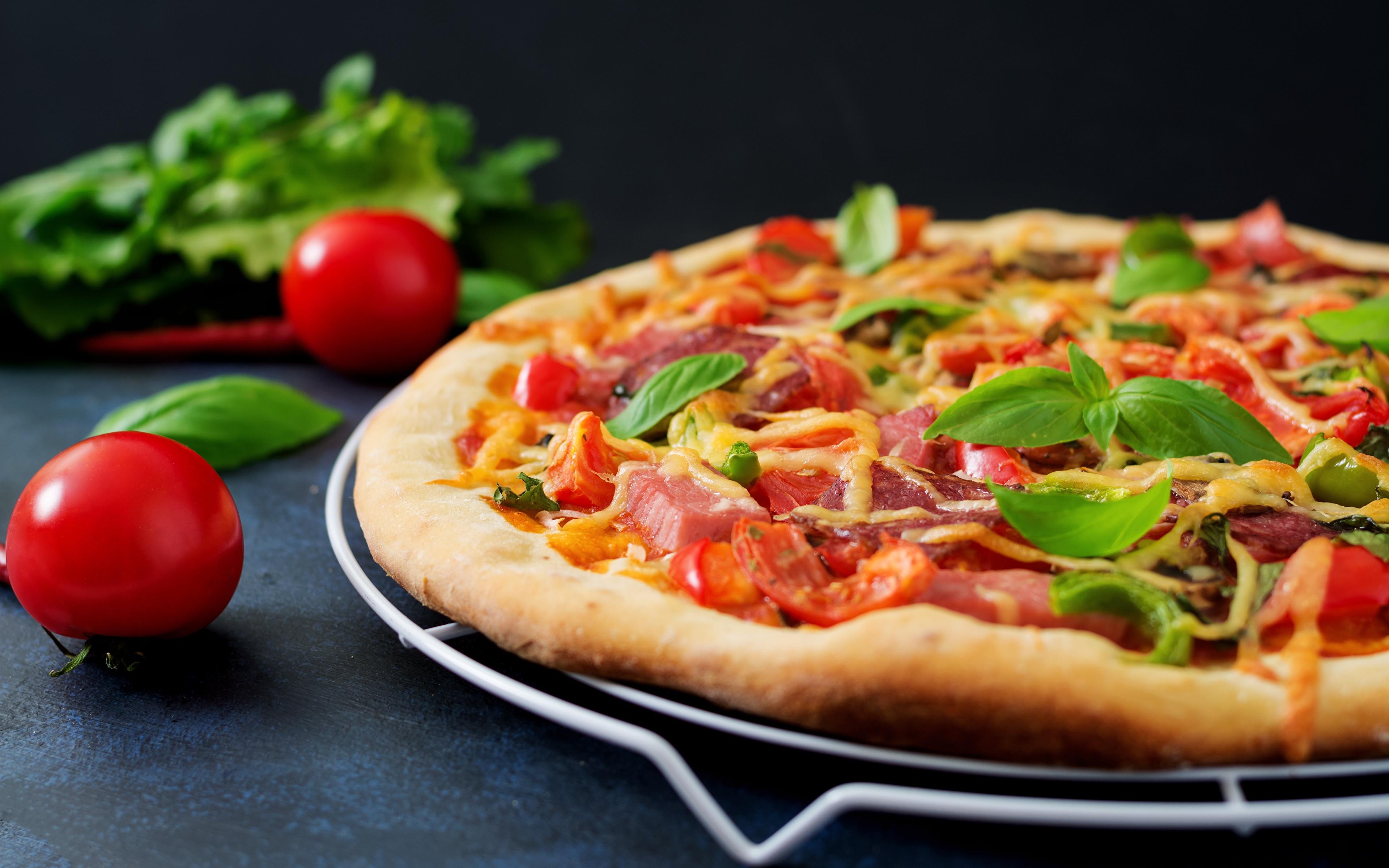 Картинки Пицца Помидоры Базилик душистый Ветчина Пища вблизи 3840x2400 Томаты Еда Продукты питания Крупным планом