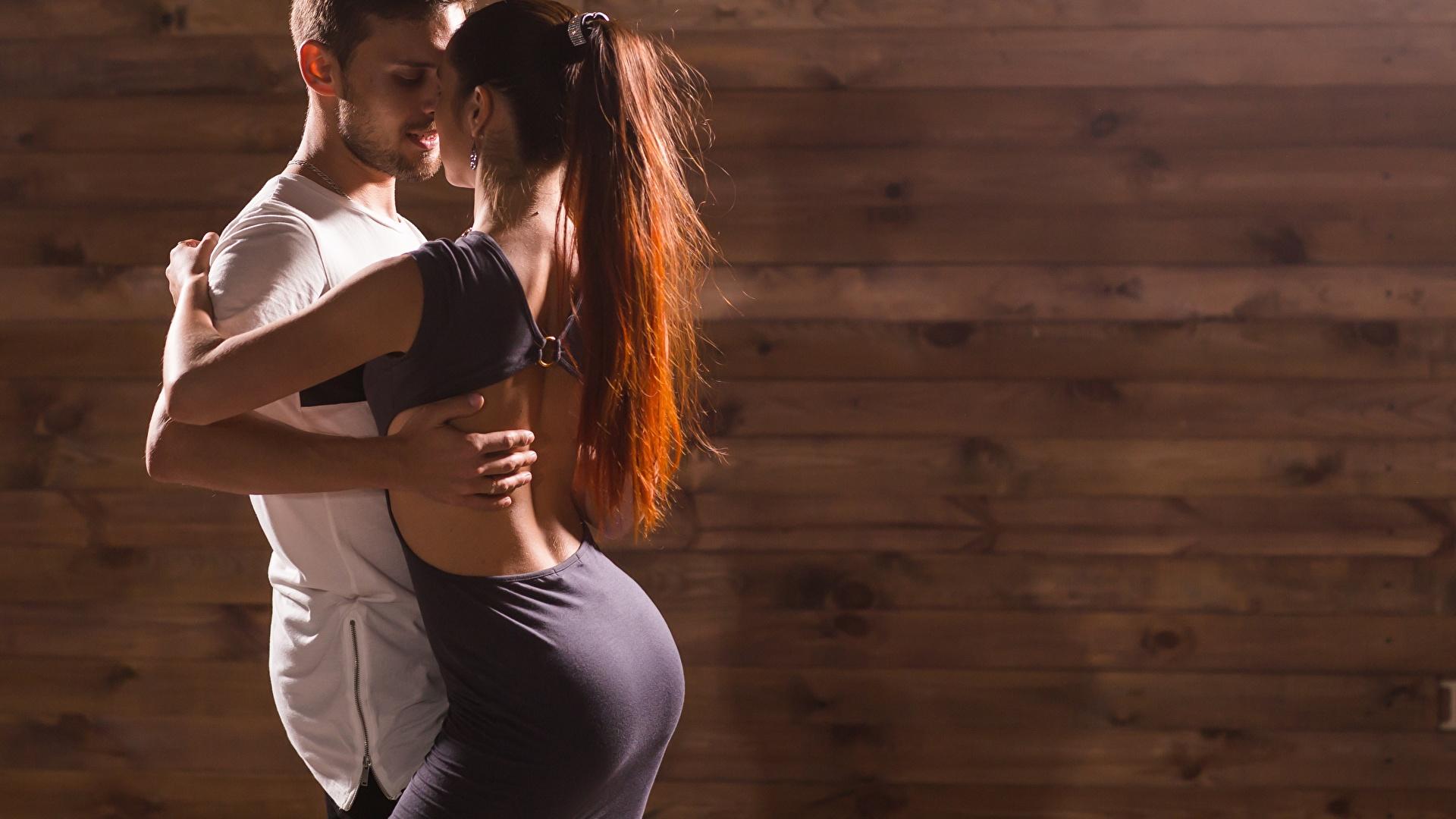 Картинка Мужчины любовники танцует два девушка 1920x1080 мужчина Влюбленные пары Танцы танцуют 2 две Двое вдвоем Девушки молодая женщина молодые женщины