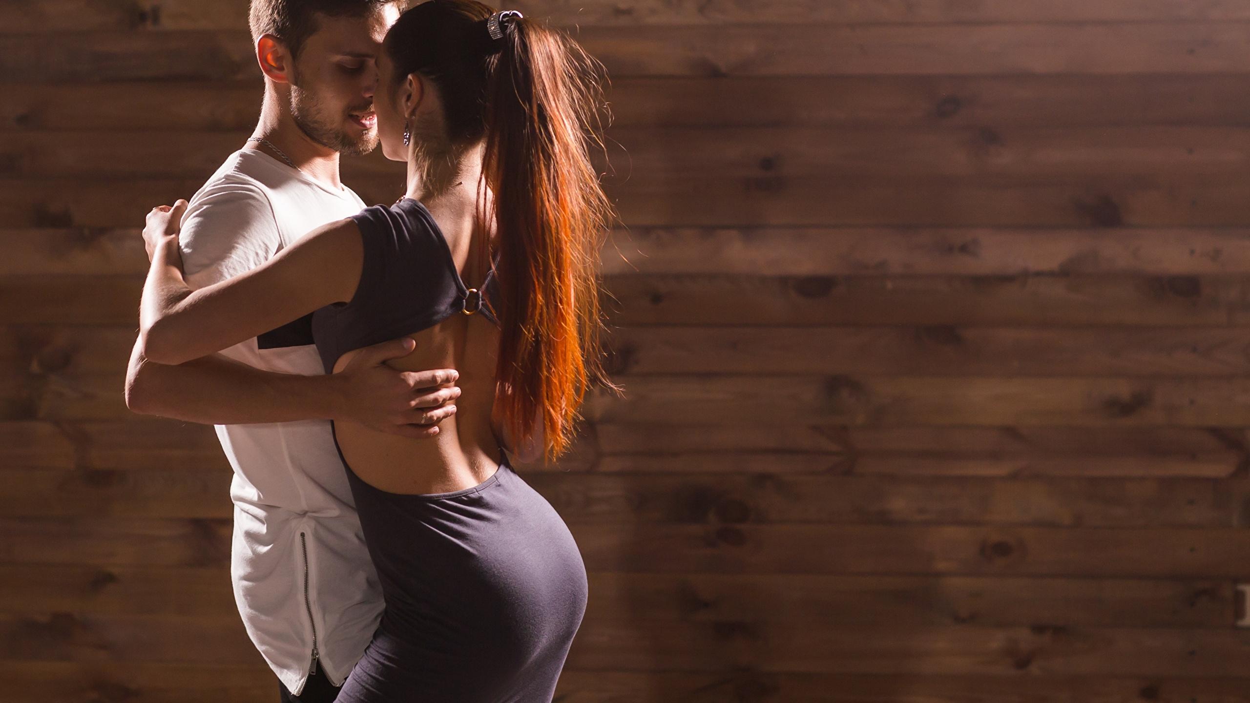 Картинка Мужчины любовники танцует два девушка 2560x1440 мужчина Влюбленные пары Танцы танцуют 2 две Двое вдвоем Девушки молодая женщина молодые женщины
