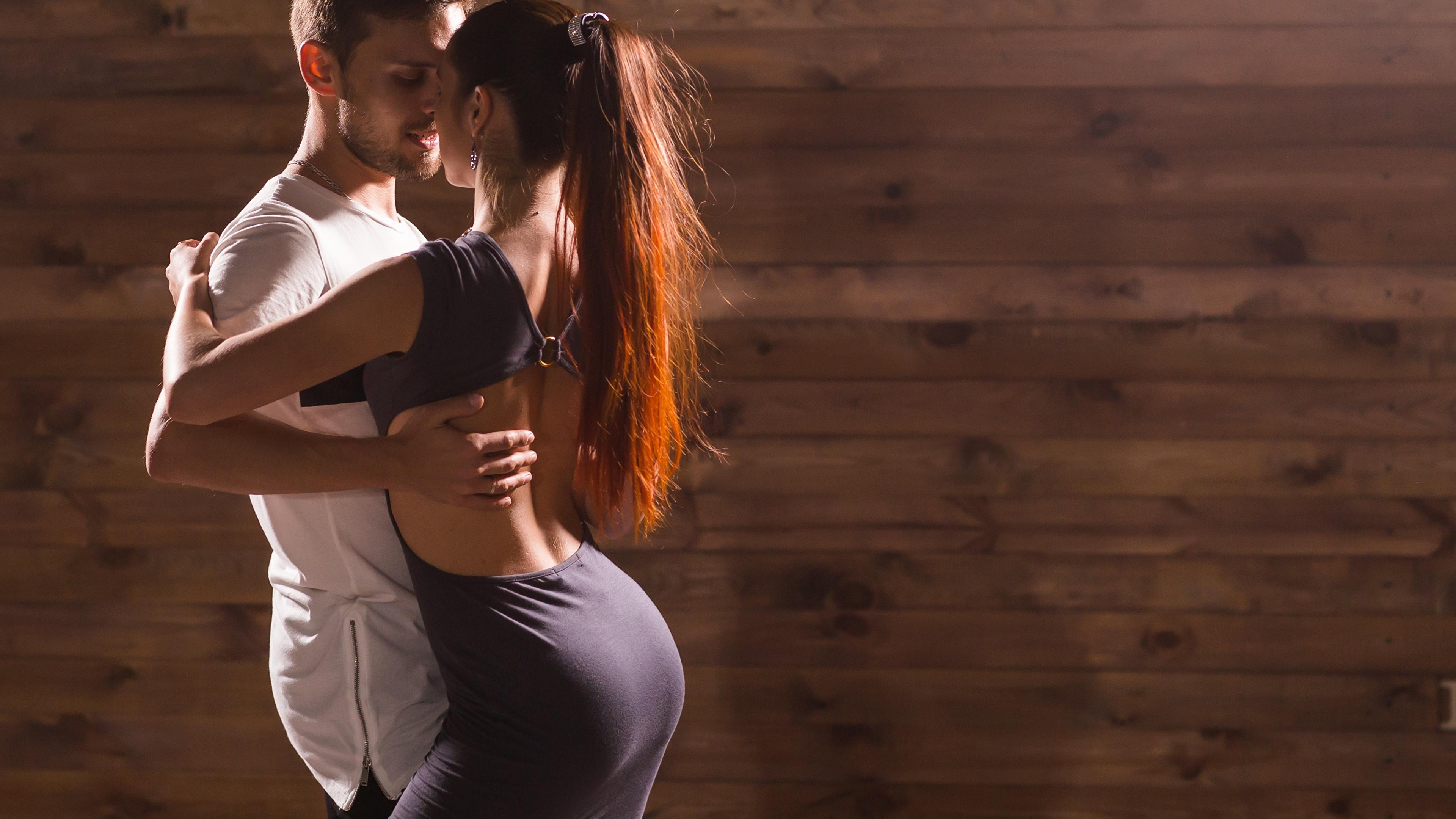 Картинка Мужчины любовники танцует два девушка 3840x2160 мужчина Влюбленные пары Танцы танцуют 2 две Двое вдвоем Девушки молодая женщина молодые женщины