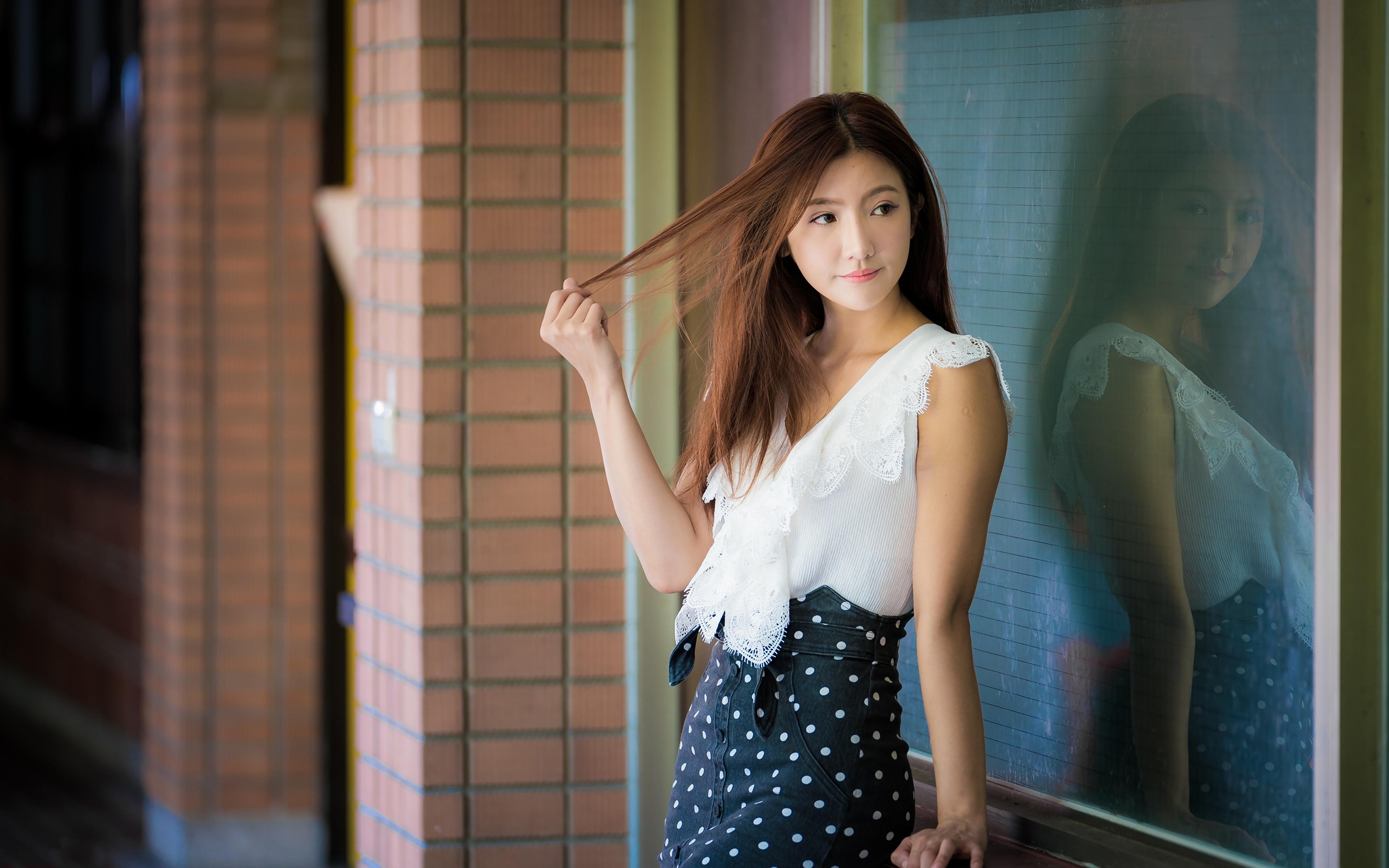 Картинка Шатенка Размытый фон позирует Девушки Азиаты отражении 3840x2400 шатенки боке Поза девушка молодые женщины молодая женщина азиатки азиатка Отражение отражается
