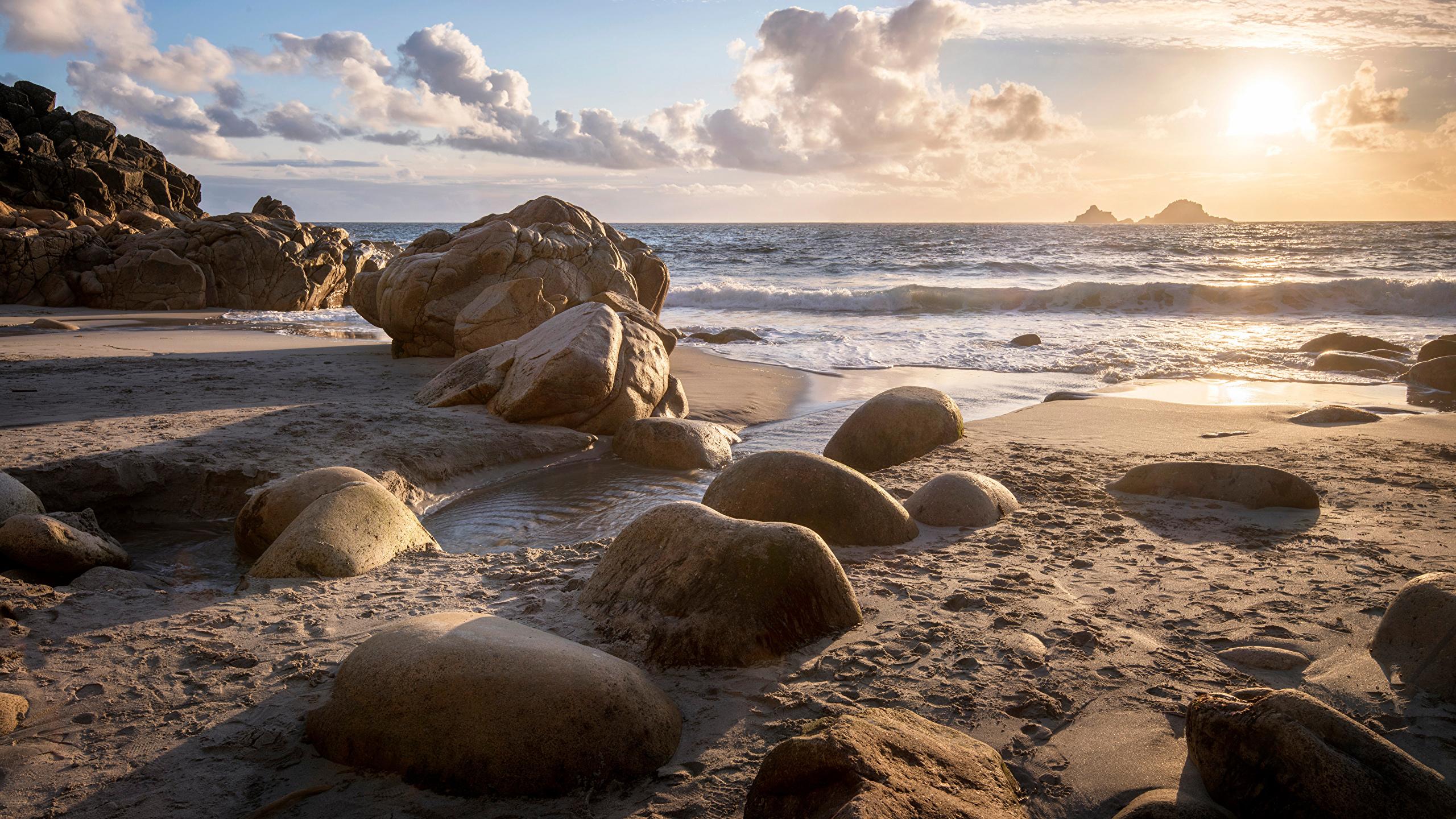 Обои для рабочего стола Англия Porth Nanven солнца Природа Песок Камни Побережье 2560x1440 Солнце песка песке берег Камень