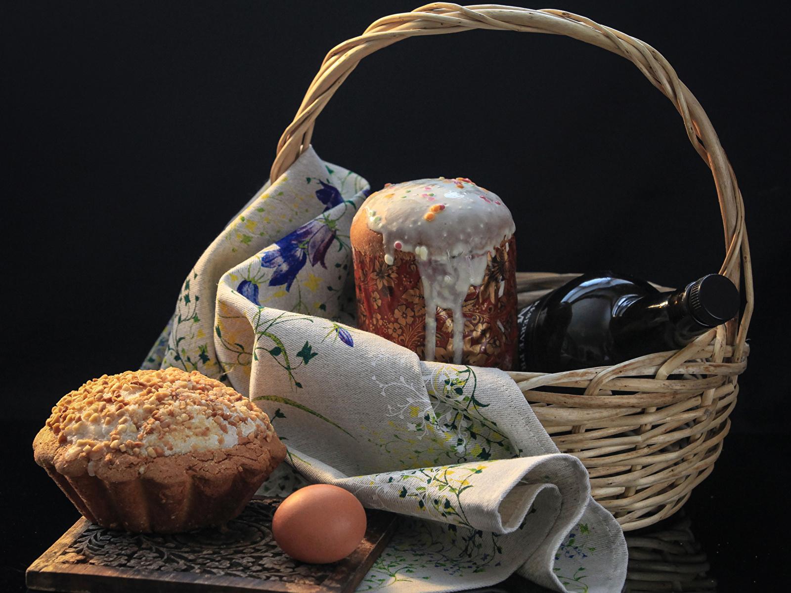 Фотографии Пасха Яйца Кулич Корзина Бутылка Продукты питания Выпечка Праздники Черный фон 1600x1200 яиц яйцо яйцами корзины Корзинка Еда Пища бутылки на черном фоне