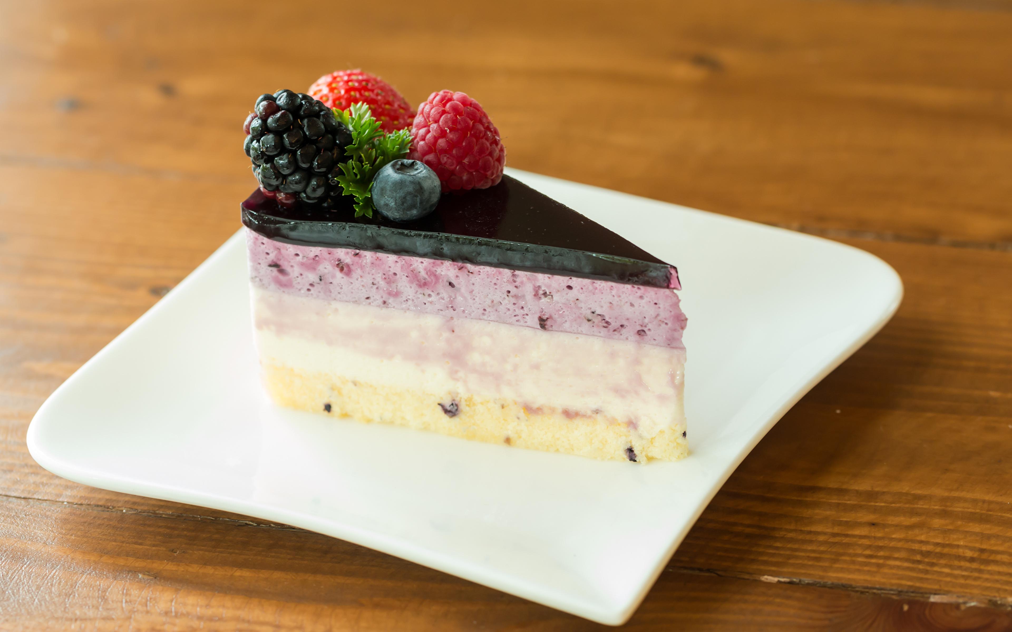 Фотографии Торты Кусок Десерт Еда Ягоды Тарелка 3840x2400 часть кусочки кусочек Пища тарелке Продукты питания