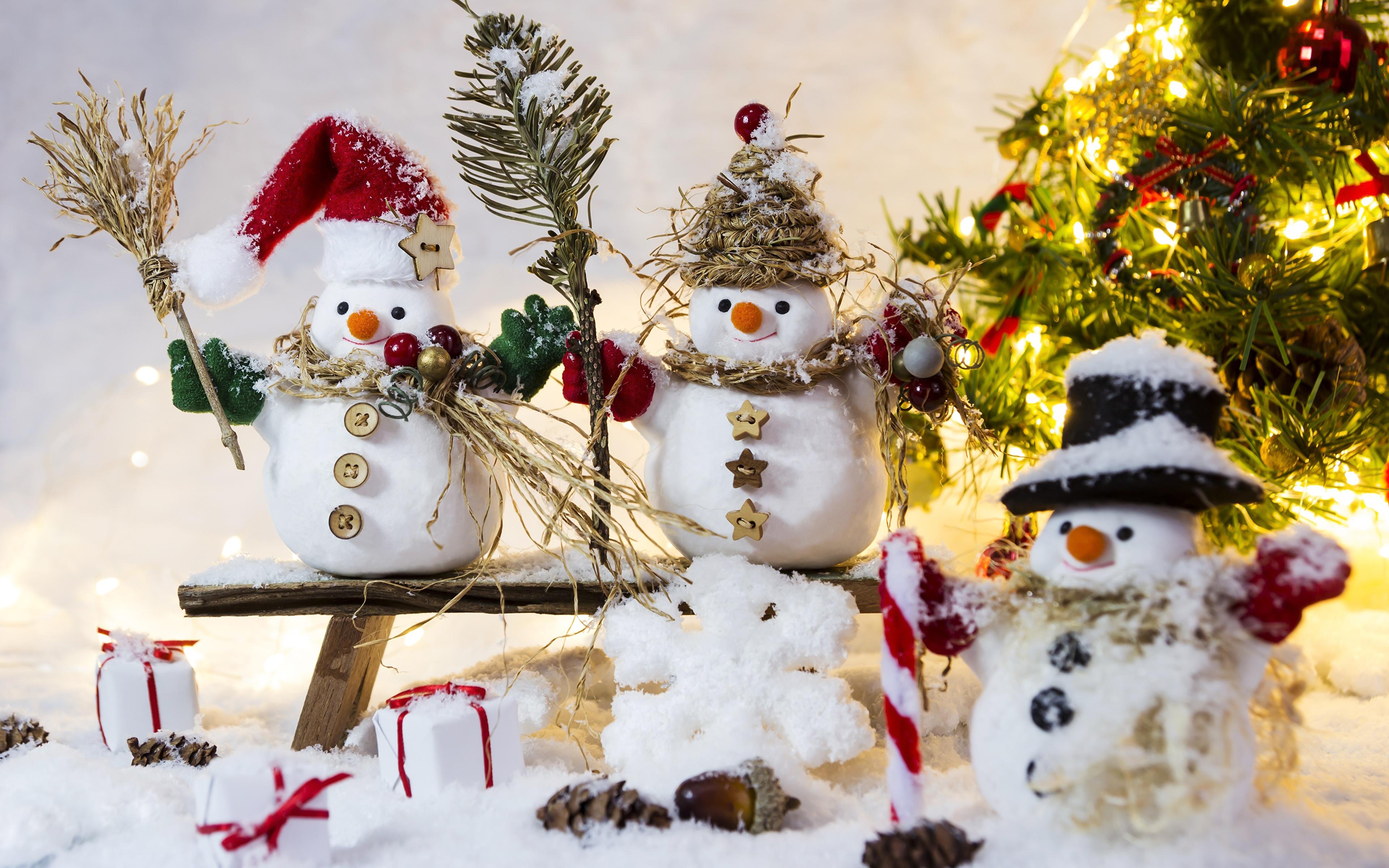 Обои для рабочего стола Шапки Снежинки снеге снеговика Трое 3 Скамейка 3840x2400 шапка в шапке снежинка Снег снегу снега снеговик Снеговики три втроем Скамья