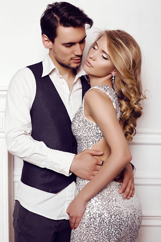 Картинка Блондинка Мужчины 2 Любовь Девушки Объятие Платье 640x960 Двое вдвоем