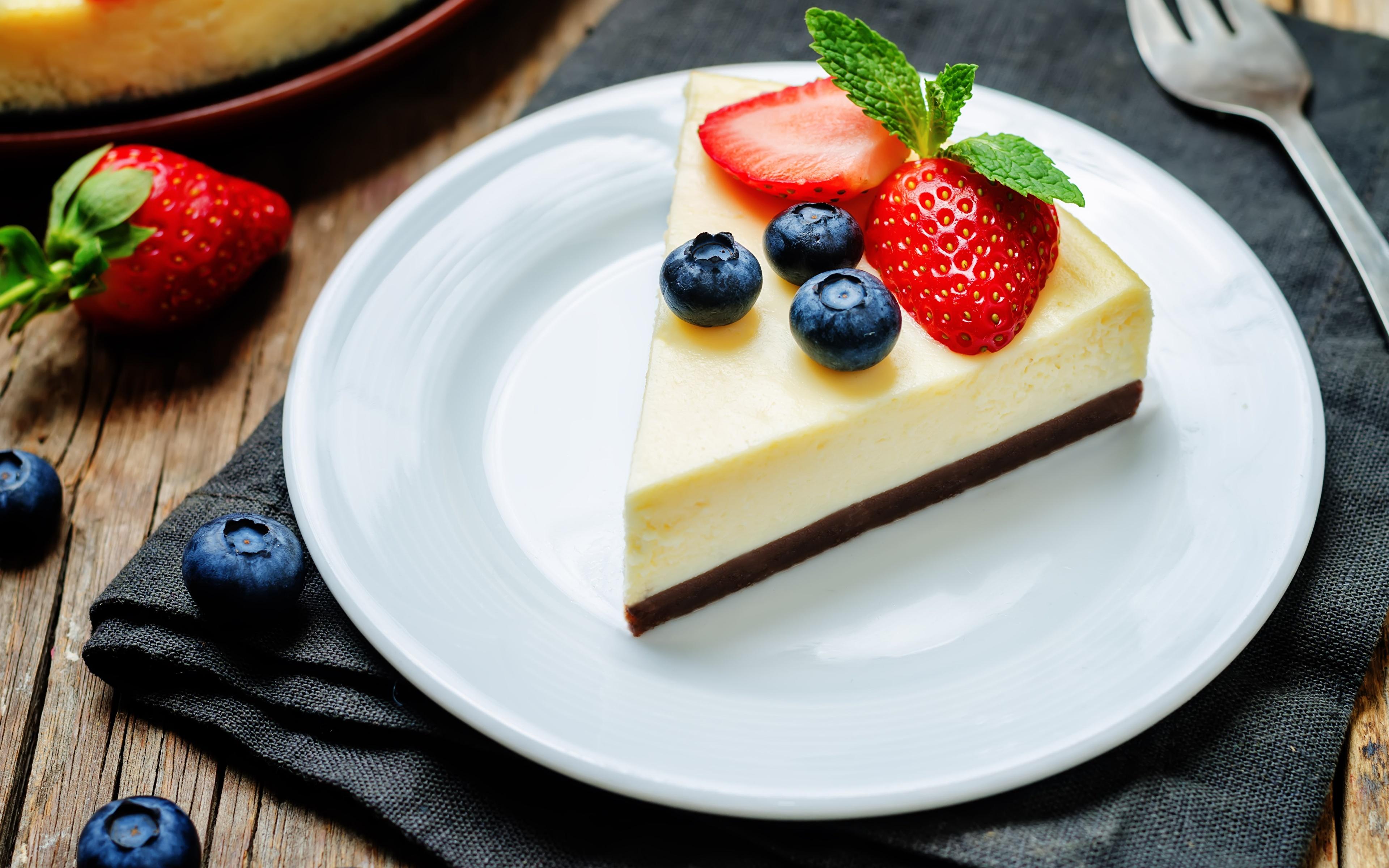 Фотография Cheesecake Десерт Черника кусочек Клубника Еда Тарелка 3840x2400 часть Кусок кусочки Пища тарелке Продукты питания