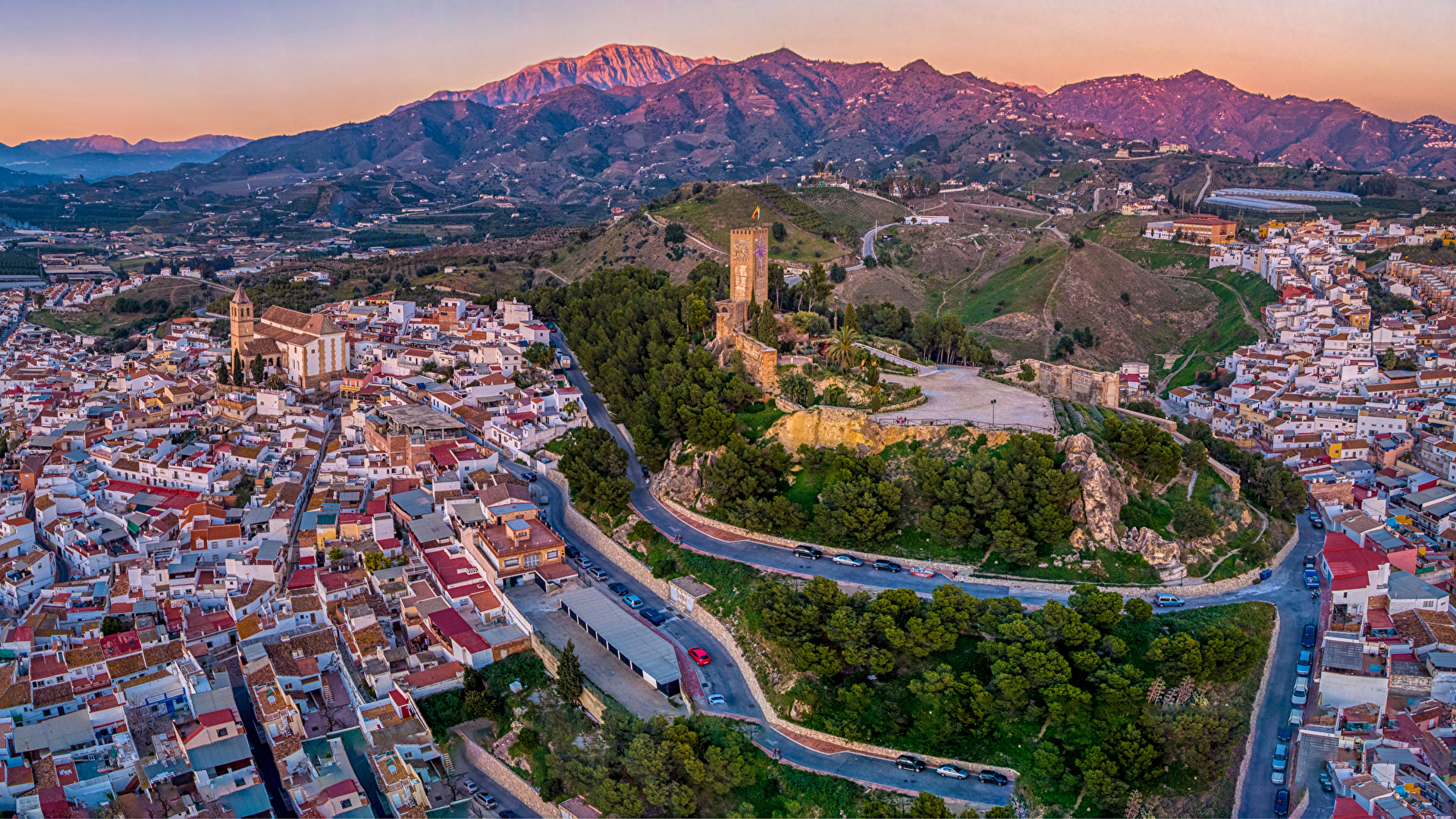 Картинки Испания Malaga холмов Дороги Сверху Дома Города 1920x1080 холм Холмы город Здания