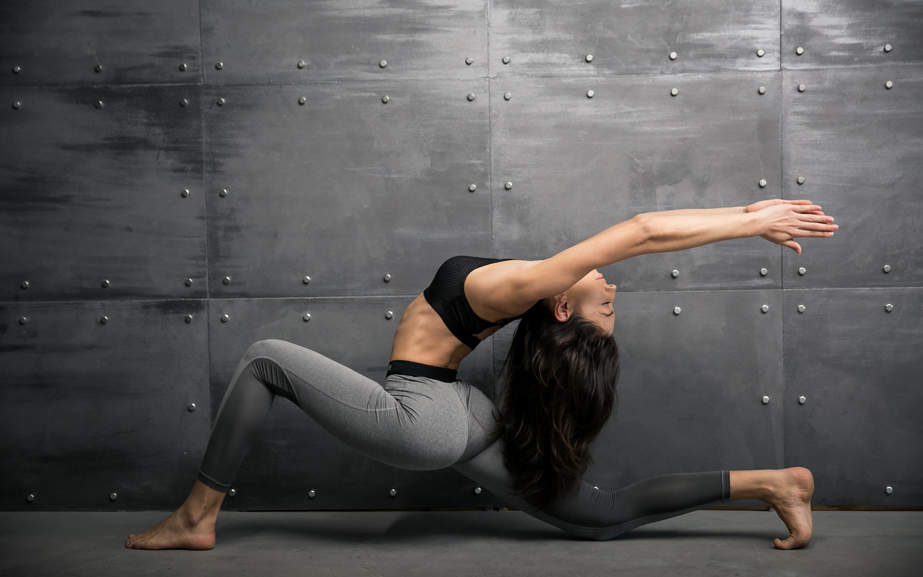 Картинки шатенки Тренировка Фитнес Спорт Гимнастика молодая женщина рука 3840x2400 Шатенка тренируется физическое упражнение Девушки девушка спортивная спортивные спортивный молодые женщины Руки