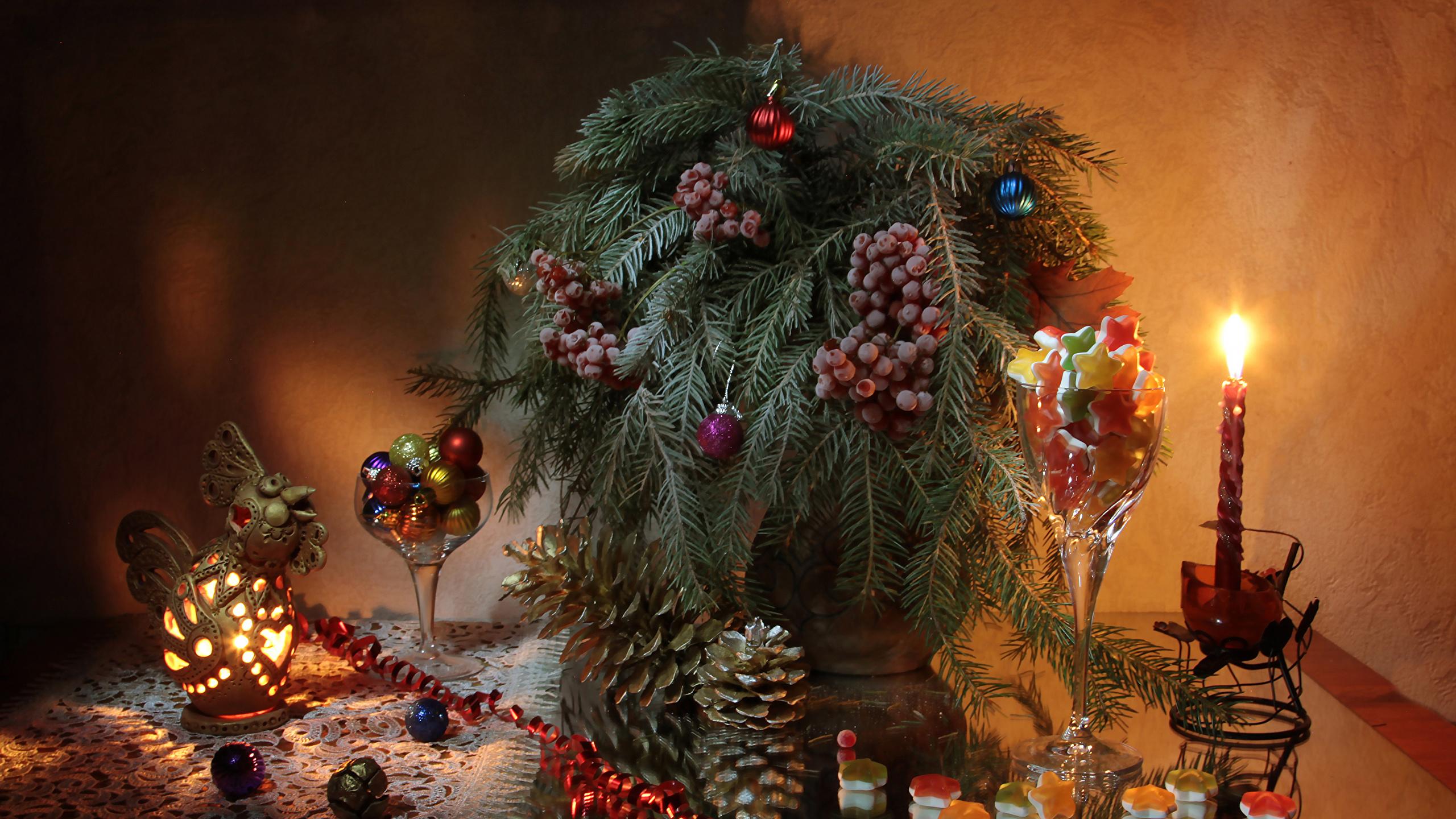 Фото Новый год Еда Шишки ветка Ягоды Свечи Шарики Сладости Натюрморт 2560x1440 Рождество Шар Пища шишка ветвь Ветки на ветке Продукты питания