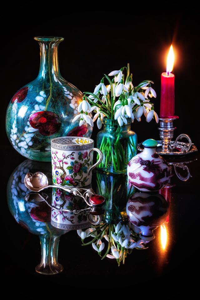 Обои для рабочего стола Цветы Галантус Ложка Чашка Свечи Натюрморт Черный фон 640x960 для мобильного телефона цветок Подснежники ложки чашке на черном фоне