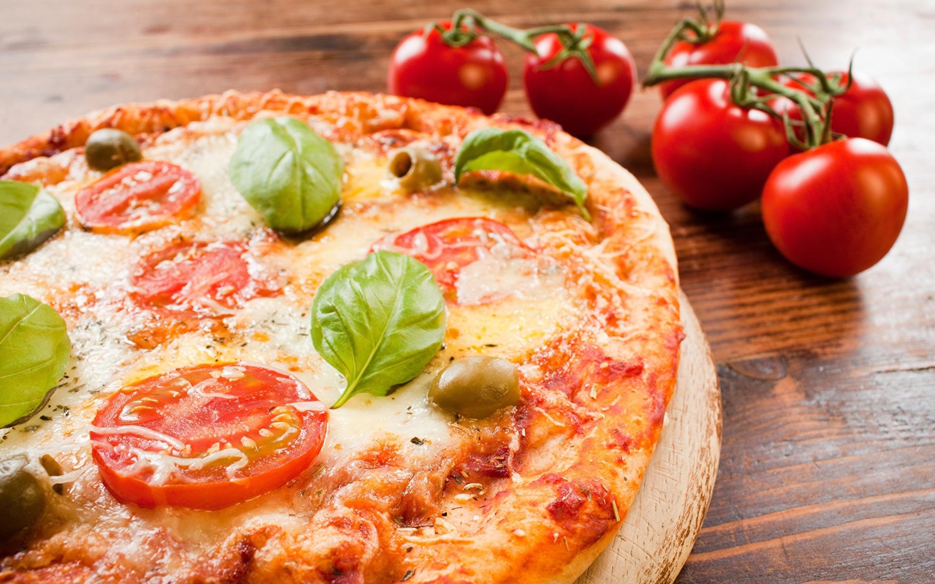 Фотографии Продукты питания Пицца Томаты Базилик душистый вблизи 1920x1200 Еда Пища Помидоры Крупным планом