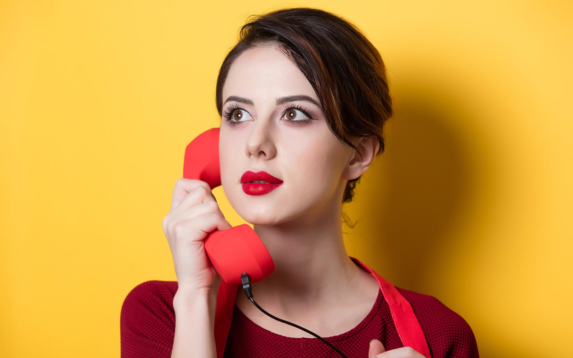 Фотография Шатенка Девушки Телефон Взгляд Цветной фон 1920x1200 смотрит