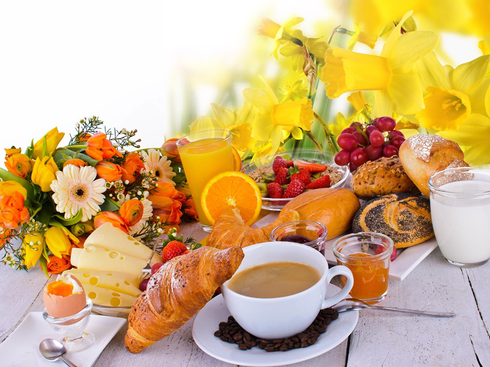 Фотография Молоко яйцами Букеты Сок Кофе Завтрак Круассан Сыры стакана Булочки Клубника Нарциссы Еда Чашка 1600x1200 яиц Яйца яйцо Стакан стакане Пища чашке Продукты питания