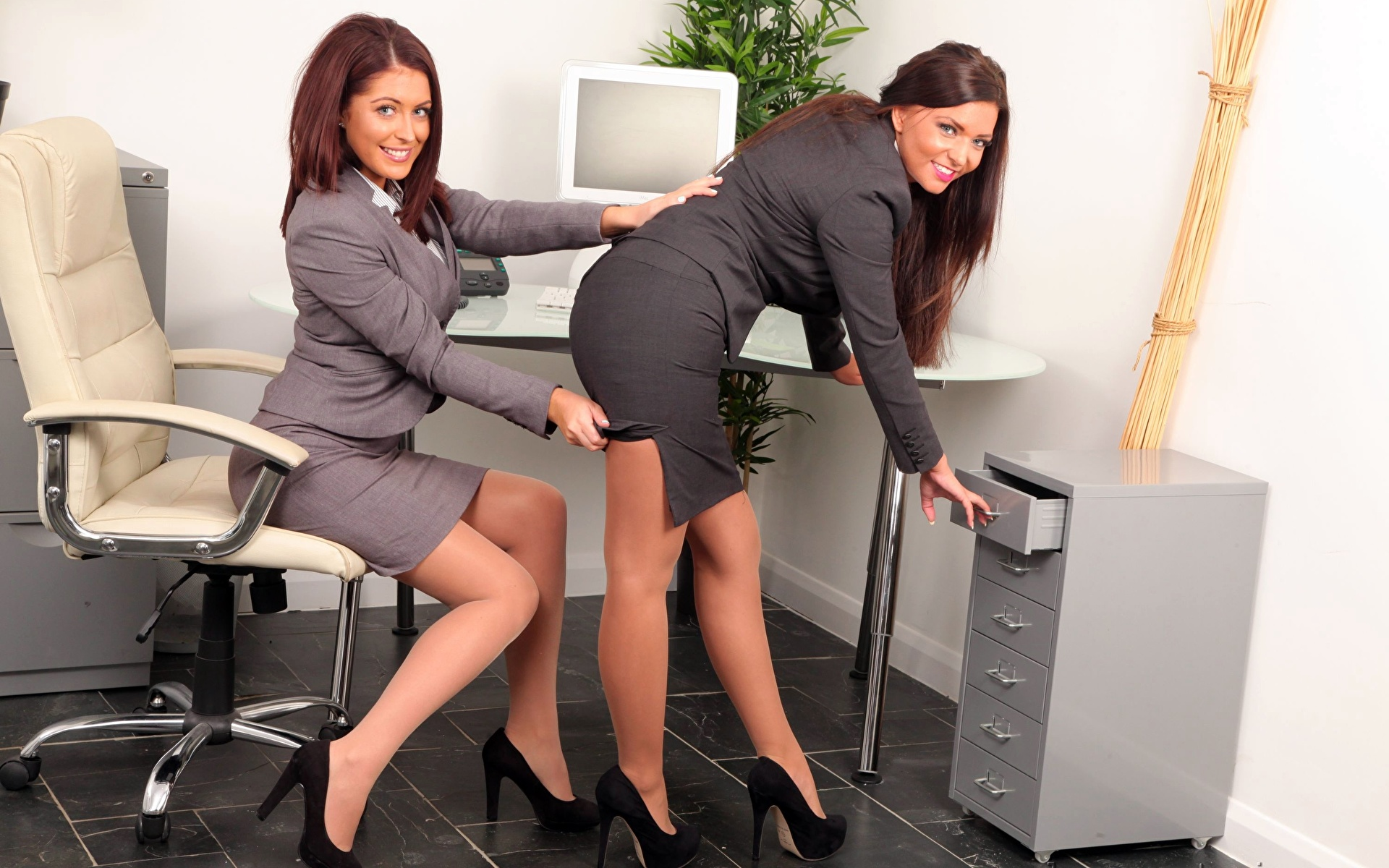 Фото на работе под столом, Девушка в чулках мастурбирует на работе под столом 18 фотография