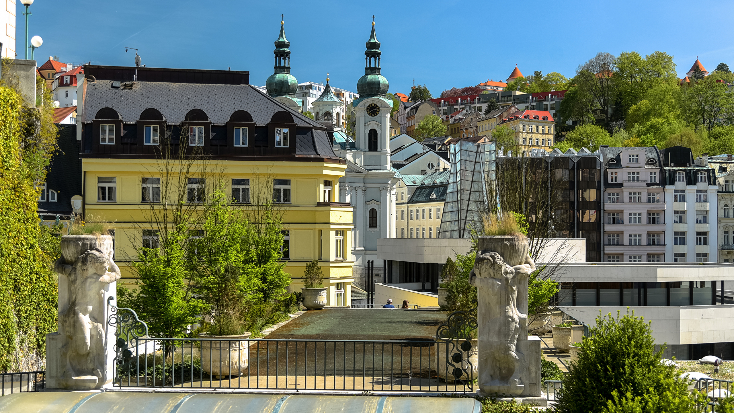 Фотография Чехия Karlovy Vary Забор Здания Города скульптура 2560x1440 ограда забора забором Дома город Скульптуры