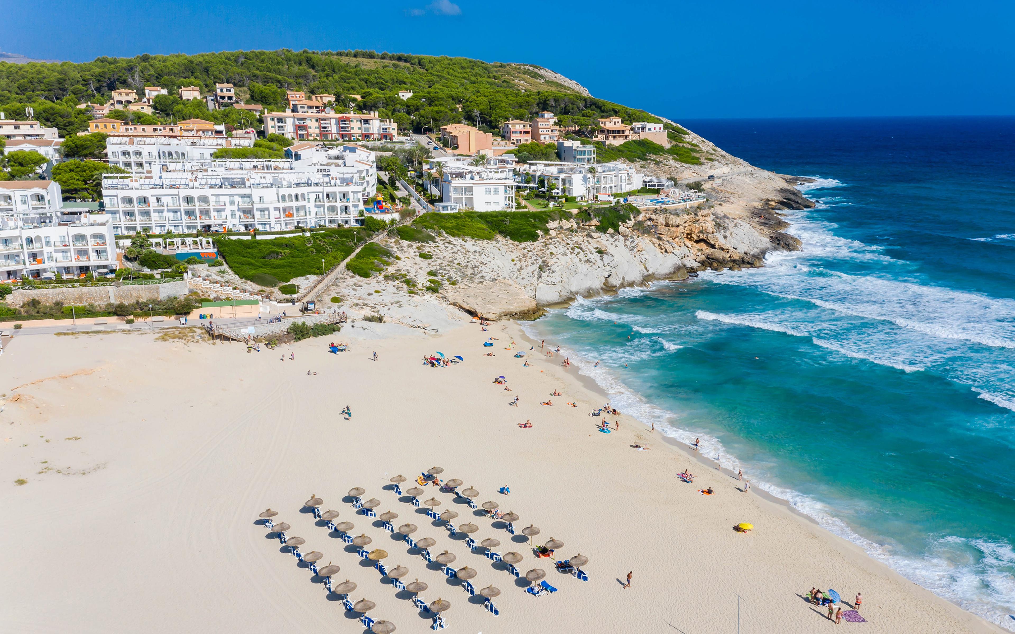 Обои для рабочего стола Мальорка Майорка Испания Курорты Cala Mesquida пляжа Дома город 3840x2400 Пляж пляже пляжи Здания Города