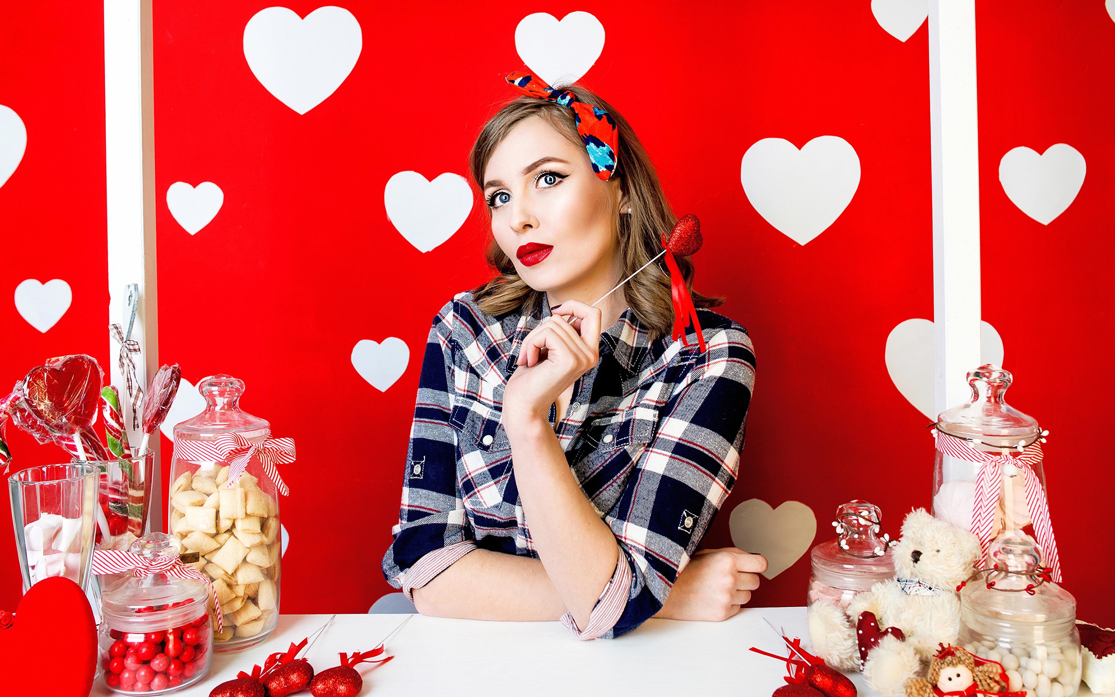 Фотография День святого Валентина шатенки Сердце Девушки сладкая еда 3840x2400 День всех влюблённых Шатенка серце сердца сердечко девушка молодые женщины молодая женщина Сладости