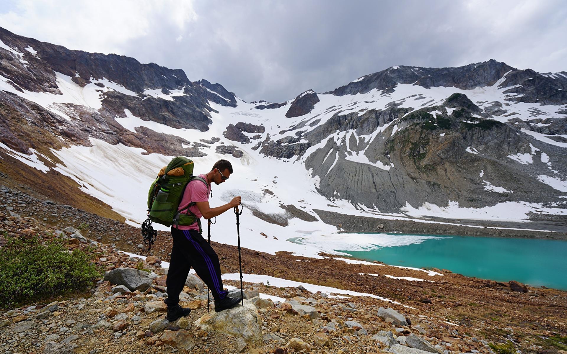 Фото Мужчины Альпинист Рюкзак гора Природа очков 1920x1200 мужчина альпинисты Горы Очки очках