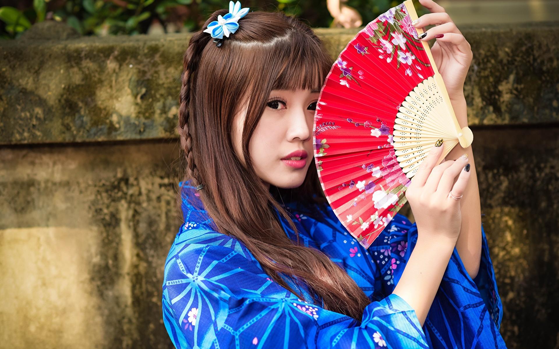 Фотография шатенки Веер Девушки Азиаты Руки смотрит 1920x1200 Шатенка девушка молодая женщина молодые женщины азиатки азиатка рука Взгляд смотрят